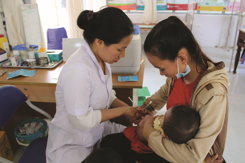 Nhờ công tác tuyên truyền, người dân ở xã Dur Kmăl đã thường xuyên đưa con ra trạm y tế khám sức khỏe