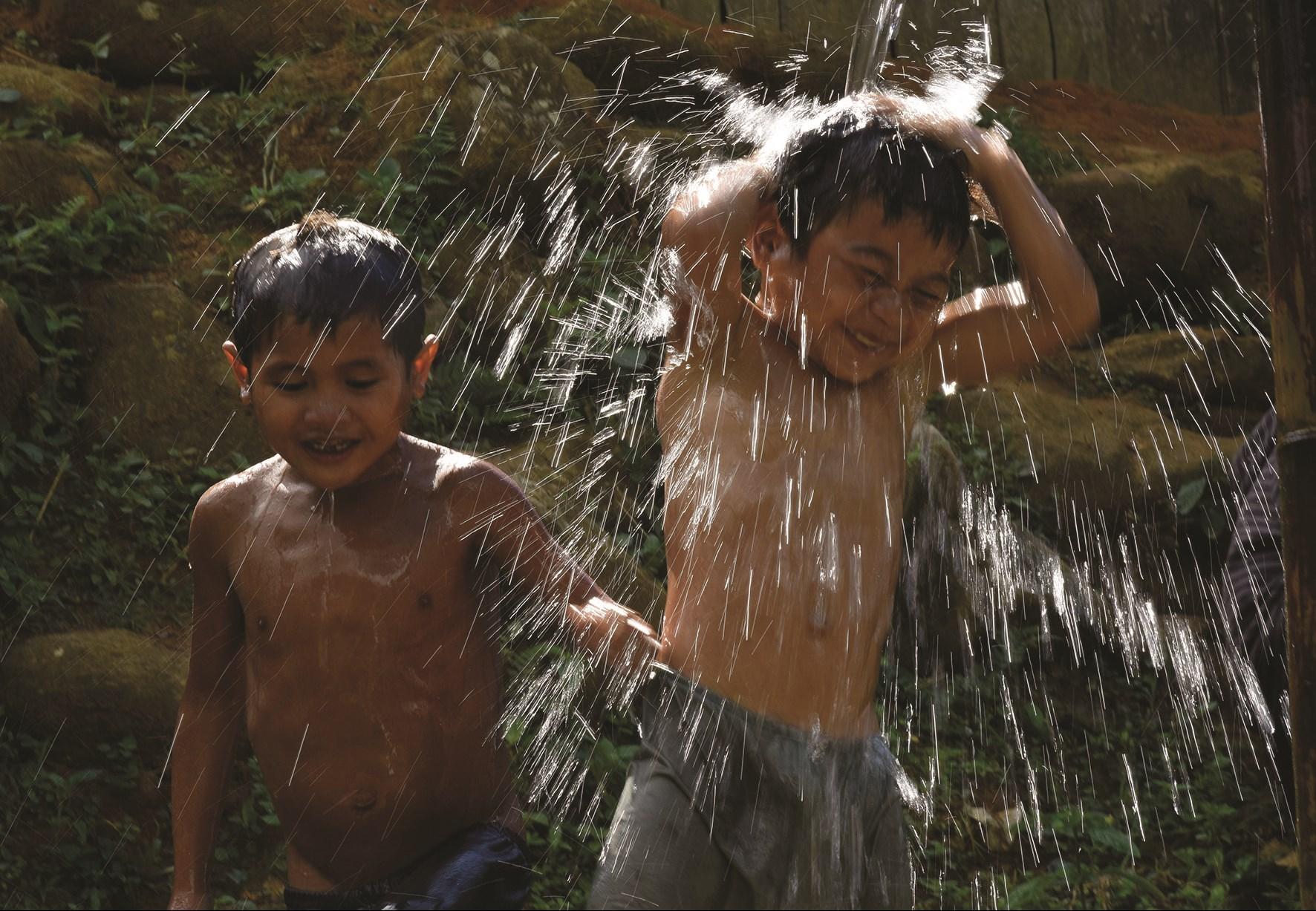 Trẻ em vui đùa nơi bến nước