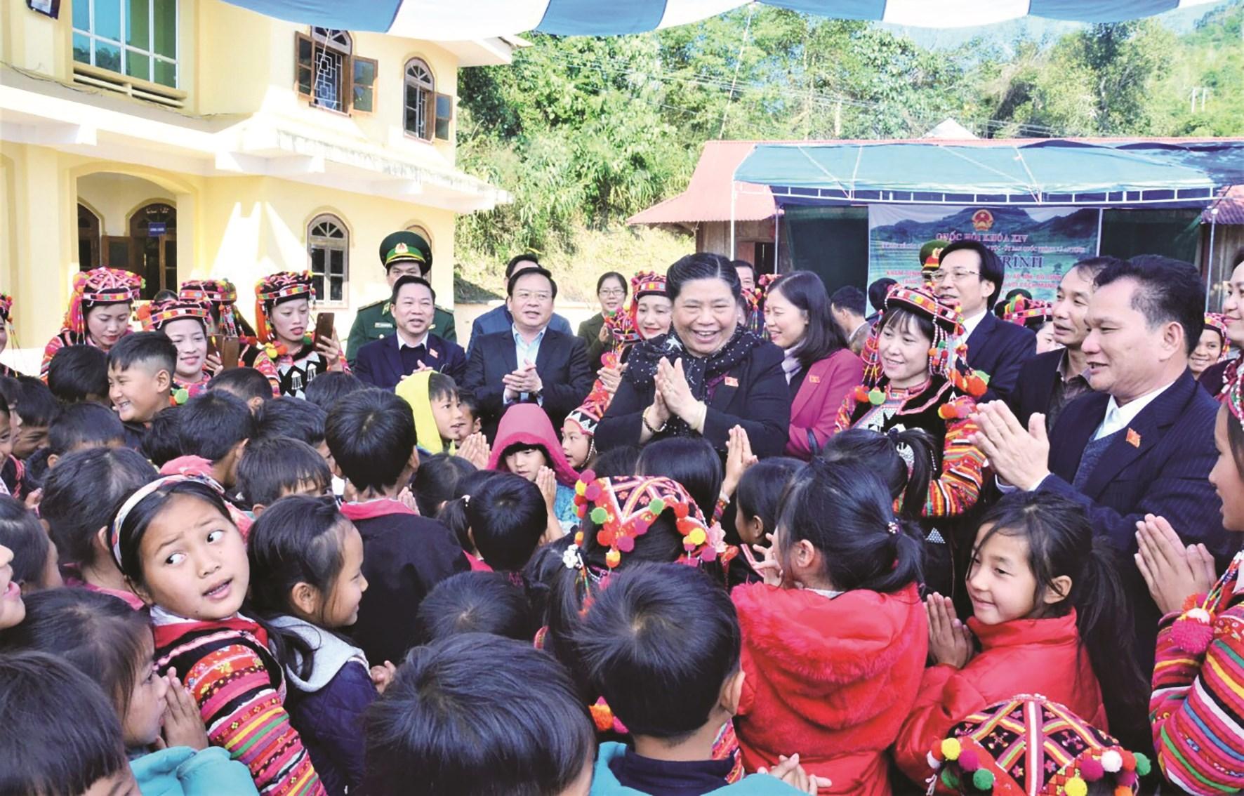 Phó Chủ tịch Thường trực Quốc hội Tòng Thị Phóng với trẻ em DTTS trong chuyến thăm, chúc Tết đồng bào các dân tộc huyện Mường Nhé, tỉnh Điện Biên (năm 2019).