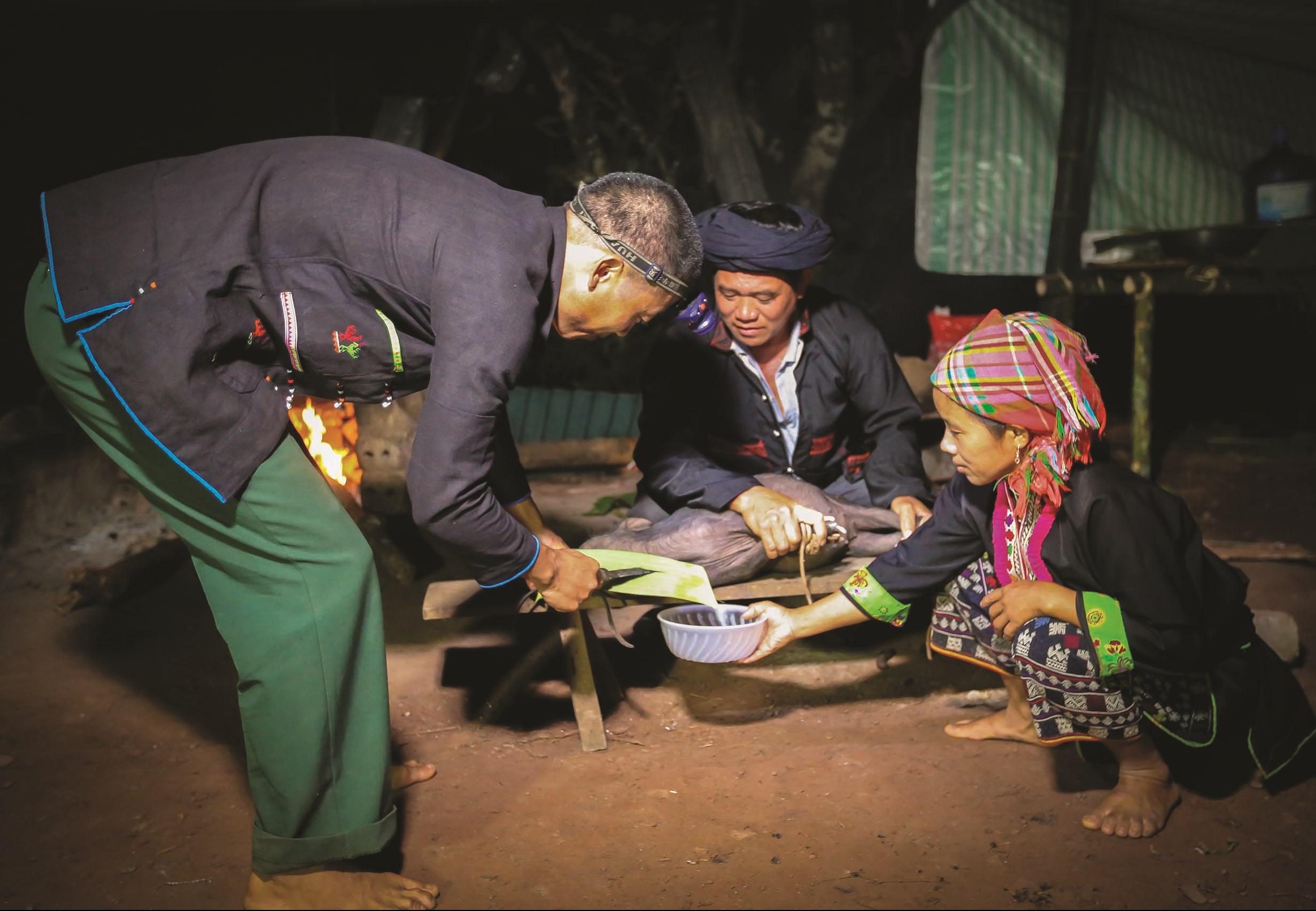 Người Dao chuẩn bị thực hiện một nghi lễ trong Tết nhảy lửa