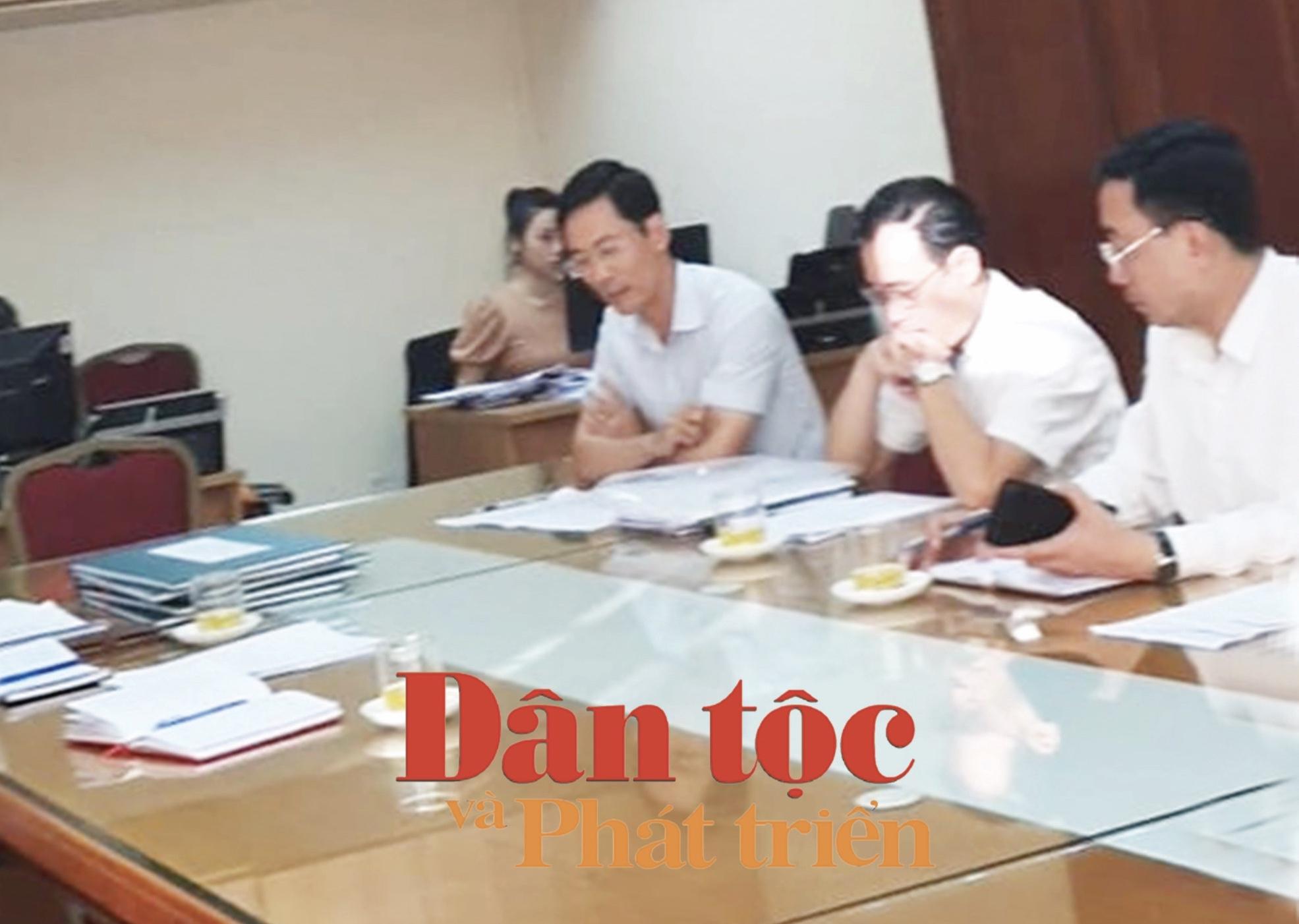 Các cơ quan chức năng quận Hoàn Kiếm làm việc với phóng viên Báo Dân tộc và Phát triển ngày 7/6/2020