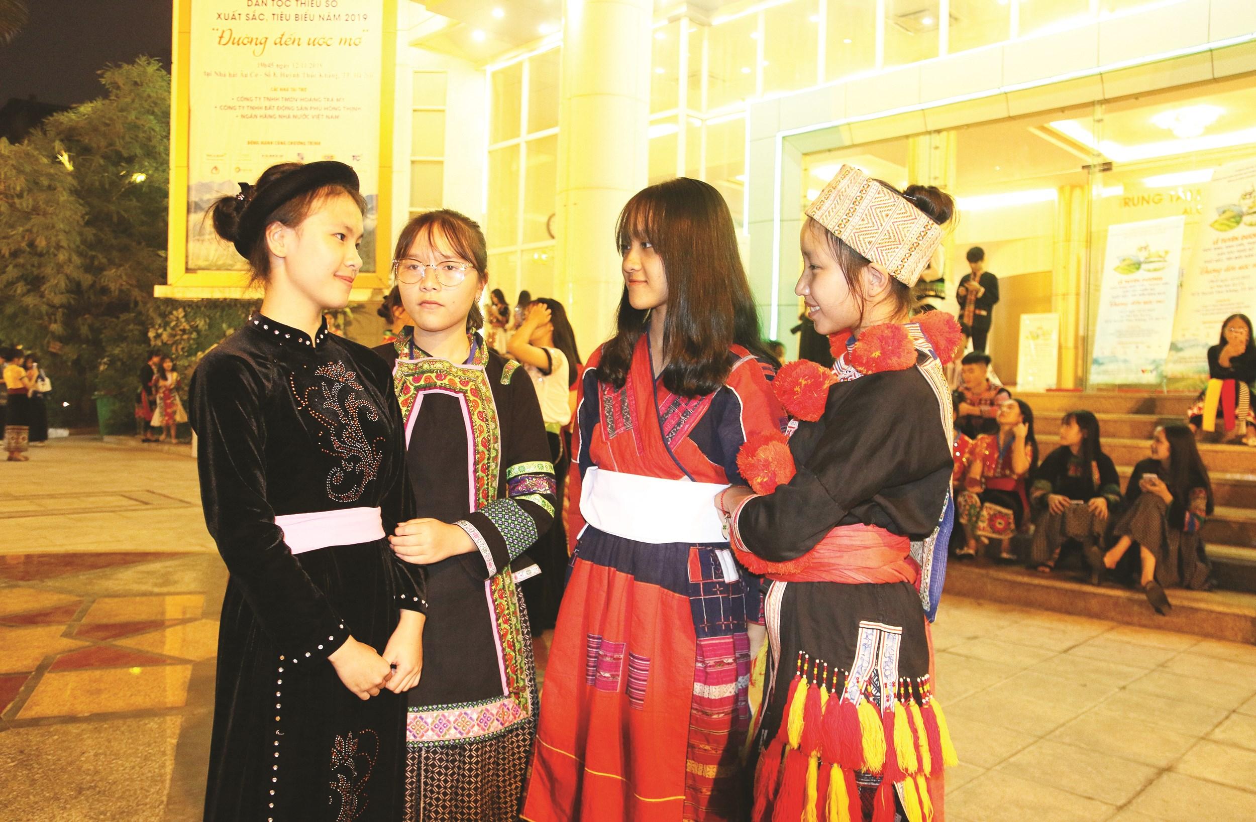 Các nữ học sinh, sinh viên DTTS được tuyên dương tại Lễ Tuyên dương học sinh, sinh viên, thanh niên DTTS xuất sắc, tiêu biểu năm 2019.