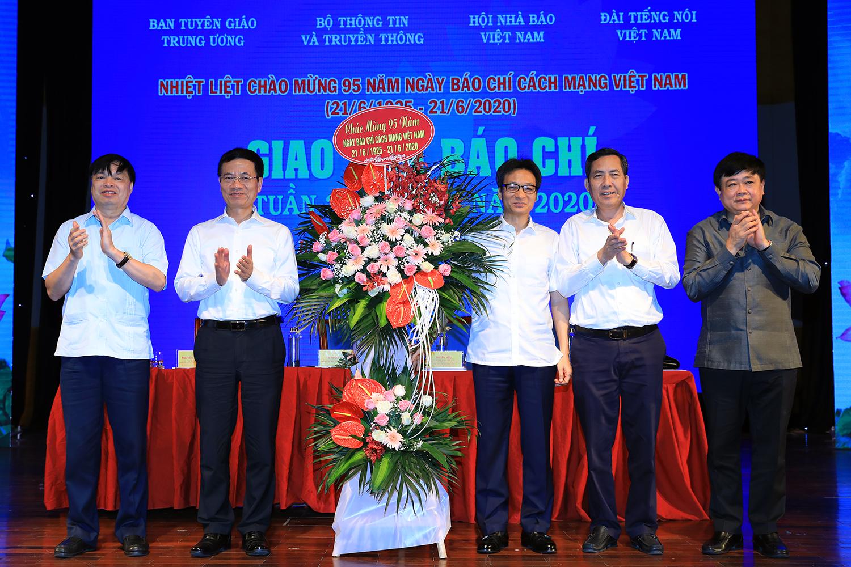 Phó Thủ tướng Vũ Đức Đam tặng lẵng hoa chúc mừng Ngày Báo chí Cách mạng Việt Nam. Ảnh: VGP