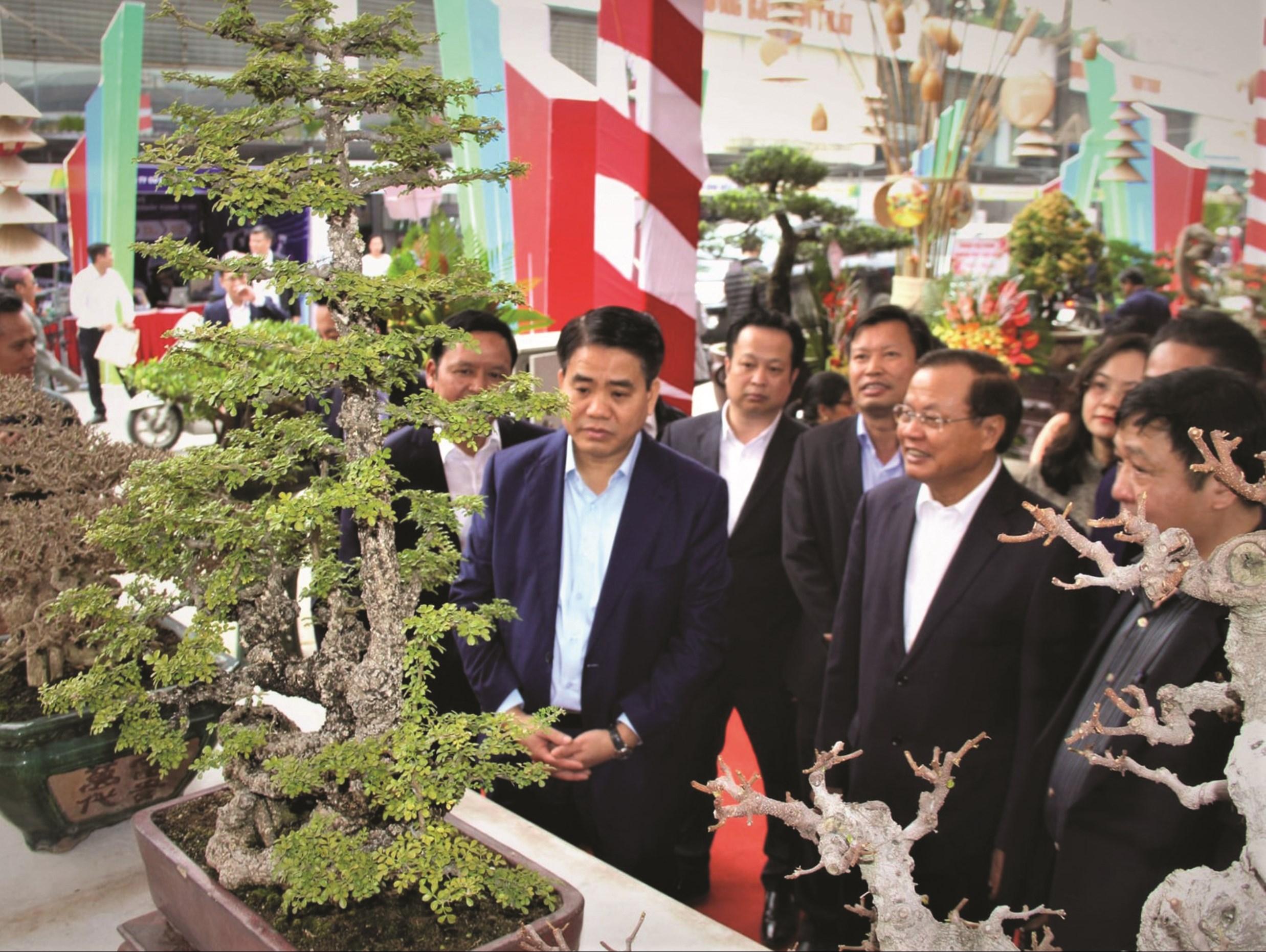 Lãnh đạo UBND TP. Hà Nội thăm quan gian trưng bày tại Festival Sản phẩm Nông nghiệp và Làng nghề Hà Nội lần thứ I năm 2019.