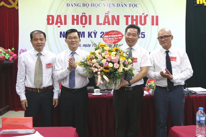 Đồng chí Nông Quốc Tuấn, Ủy viên BCH Đảng bộ Khối các cơ quan Trung ương, Bí thư Đảng ủy, Thứ trưởng, Phó Chủ nhiệm UBDT tặng hoa chúc mừng Đại hội