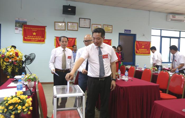 Các đại biểu bỏ phiếu bầu Ban Chấp hành khóa II, nhiệm kỳ 2020-2025