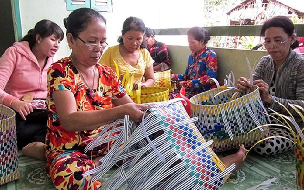 Lớp dạy nghề đan giỏ dây nhựa cho phụ nữ dân tộc Khmer ở phường Trường Lạc, quận Ô Môn (TP Cần Thơ). (Ảnh tư liệu)