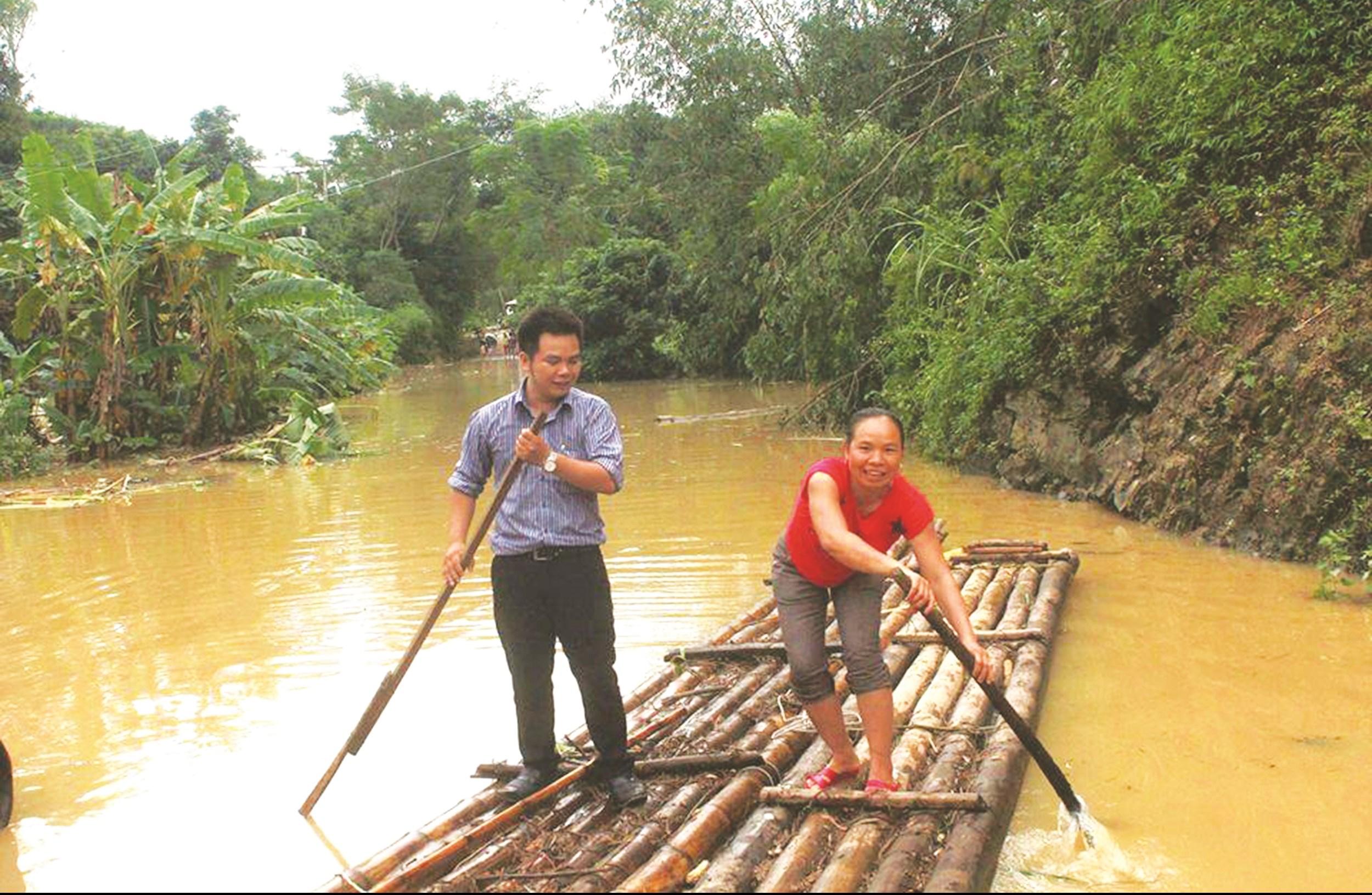 Phóng viên Báo Dân tộc và Phát triển (bìa trái) trên đường vào xã Quốc Việt, huyện Tràng Định, tỉnh Lạng Sơn tác nghiệp.