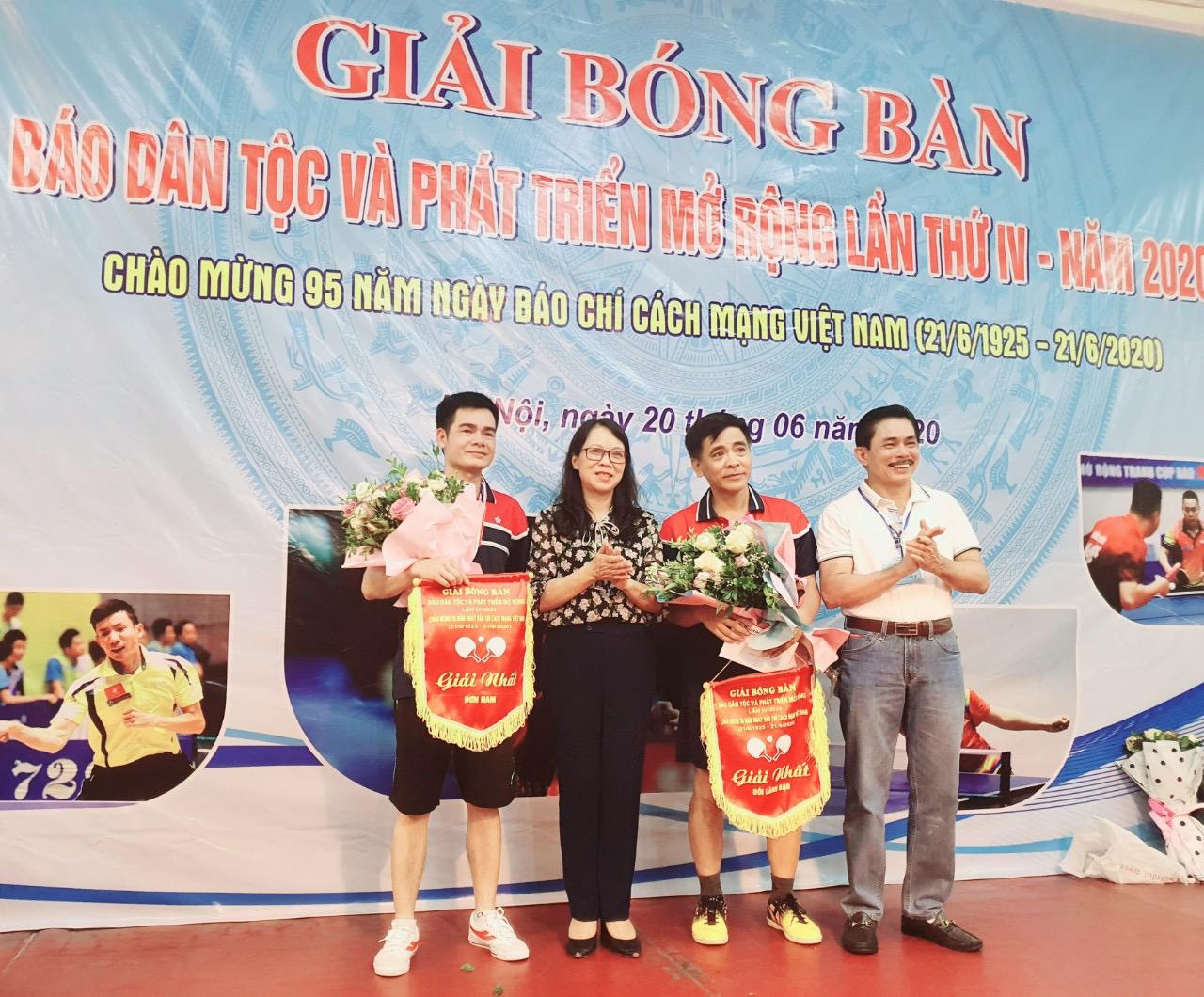 Thứ trưởng, Phó Chủ nhiệm UBDT Hoàng Thị Hạnh trao giải Nhất đôi nam và đơn nam cho các VĐV