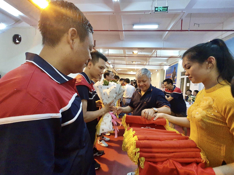 Bộ trưởng, Chủ nhiệm UBDT Đỗ Văn Chiến trao cờ lưu niệm cho các Đoàn VĐV.