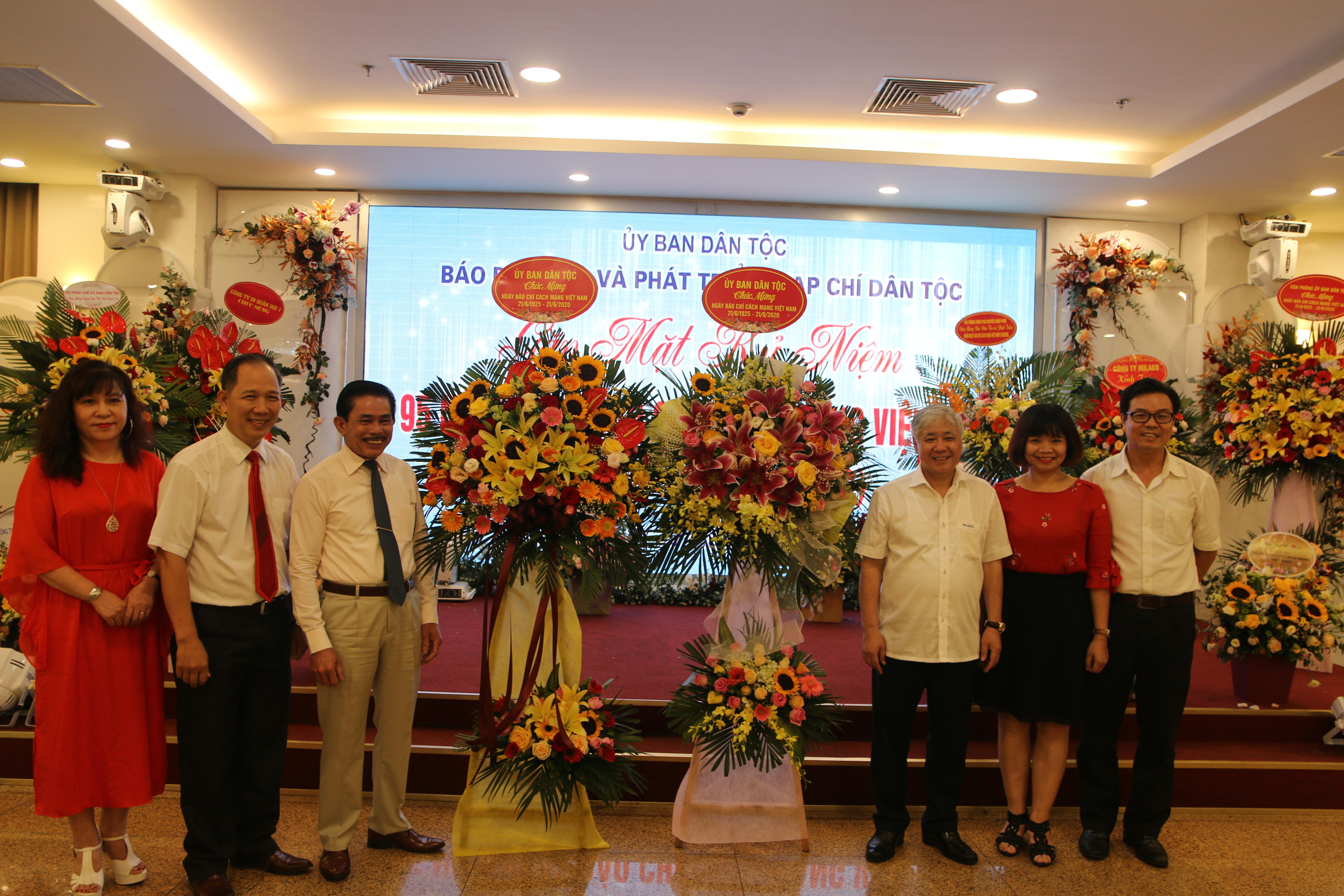 Bộ trưởng, Chủ nhiệm UBDT Đỗ Văn Chiến tặng hoa chúc mừng Báo Dân tộc và Phát triển cùng Tạp chí Dân tộc