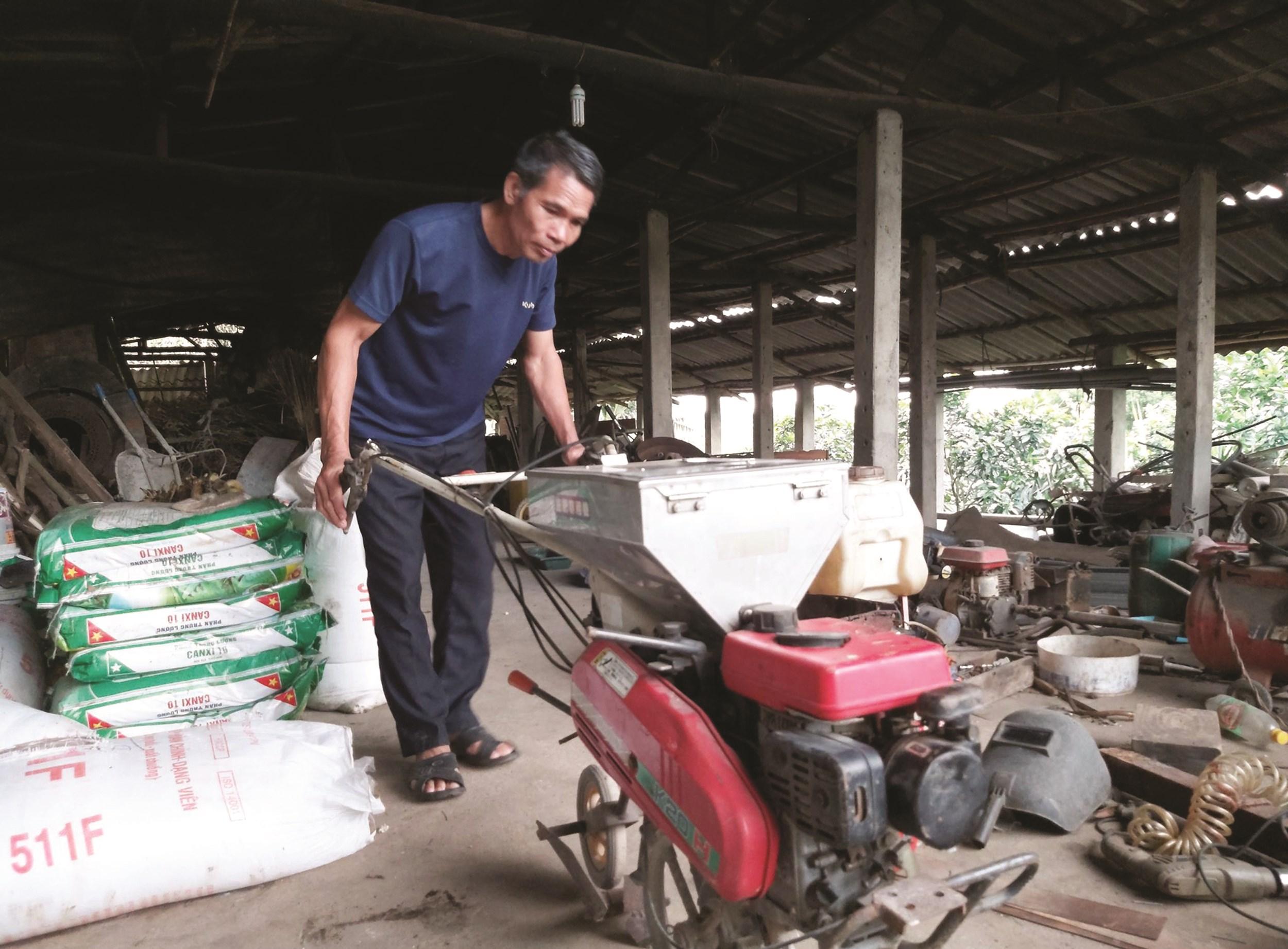 Ông Nguyễn Văn Hoàn và chiếc máy 4 trong 1 của mình.