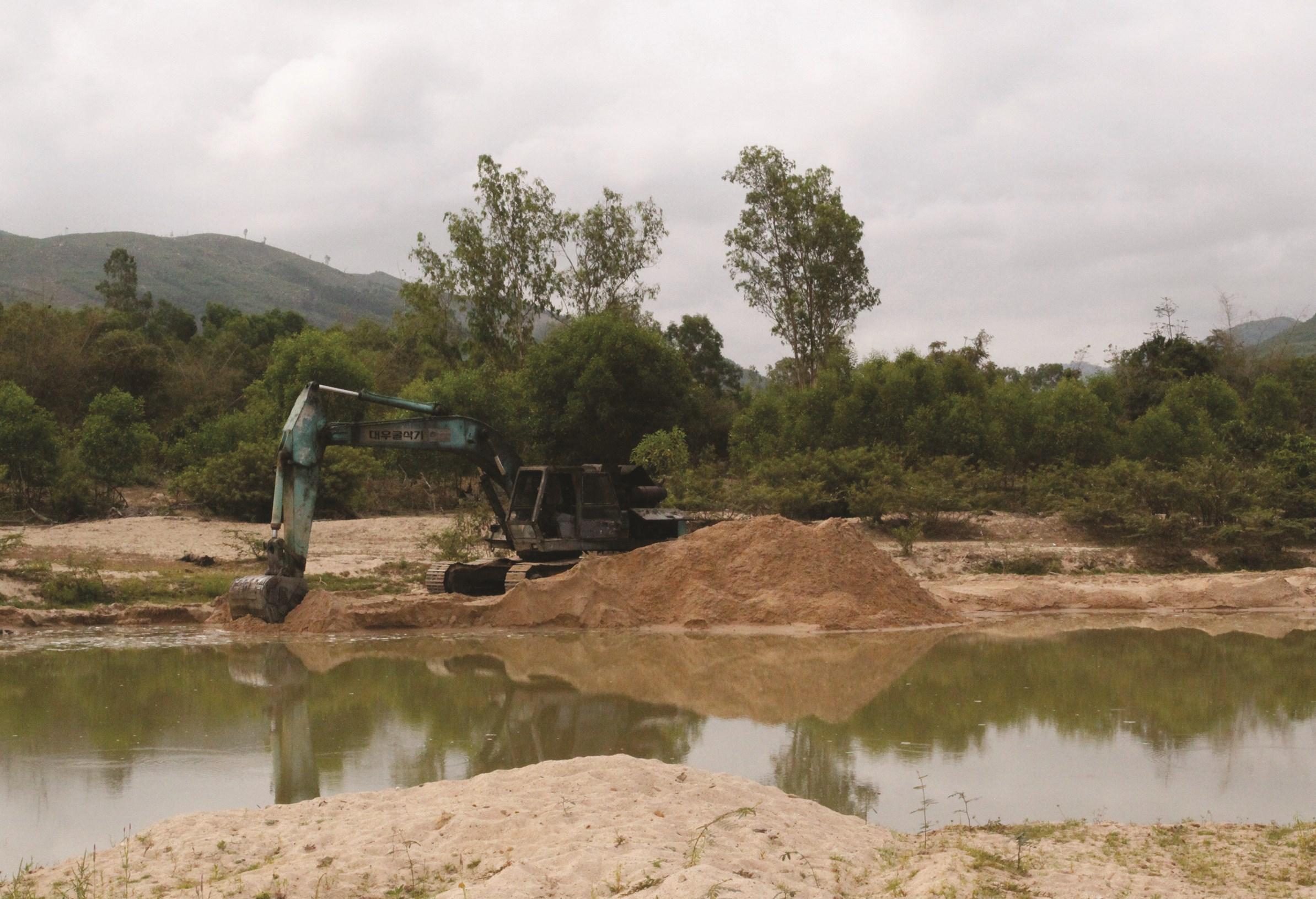 Doanh nghiệp không phép vẫn ngang nhiên khai thác cát trên sông An Lão