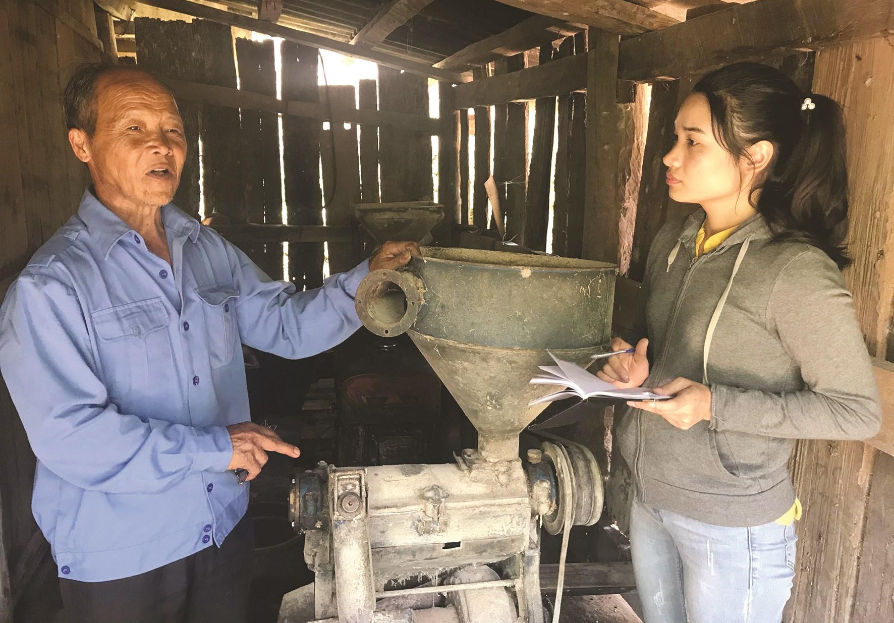 Phóng viên Hoài Dương phỏng vấn AHLLVTND Vàng A Sình ở bản Ngài Chồ, xã Phìn Hồ, huyện Sìn Hồ, Lai Châu.