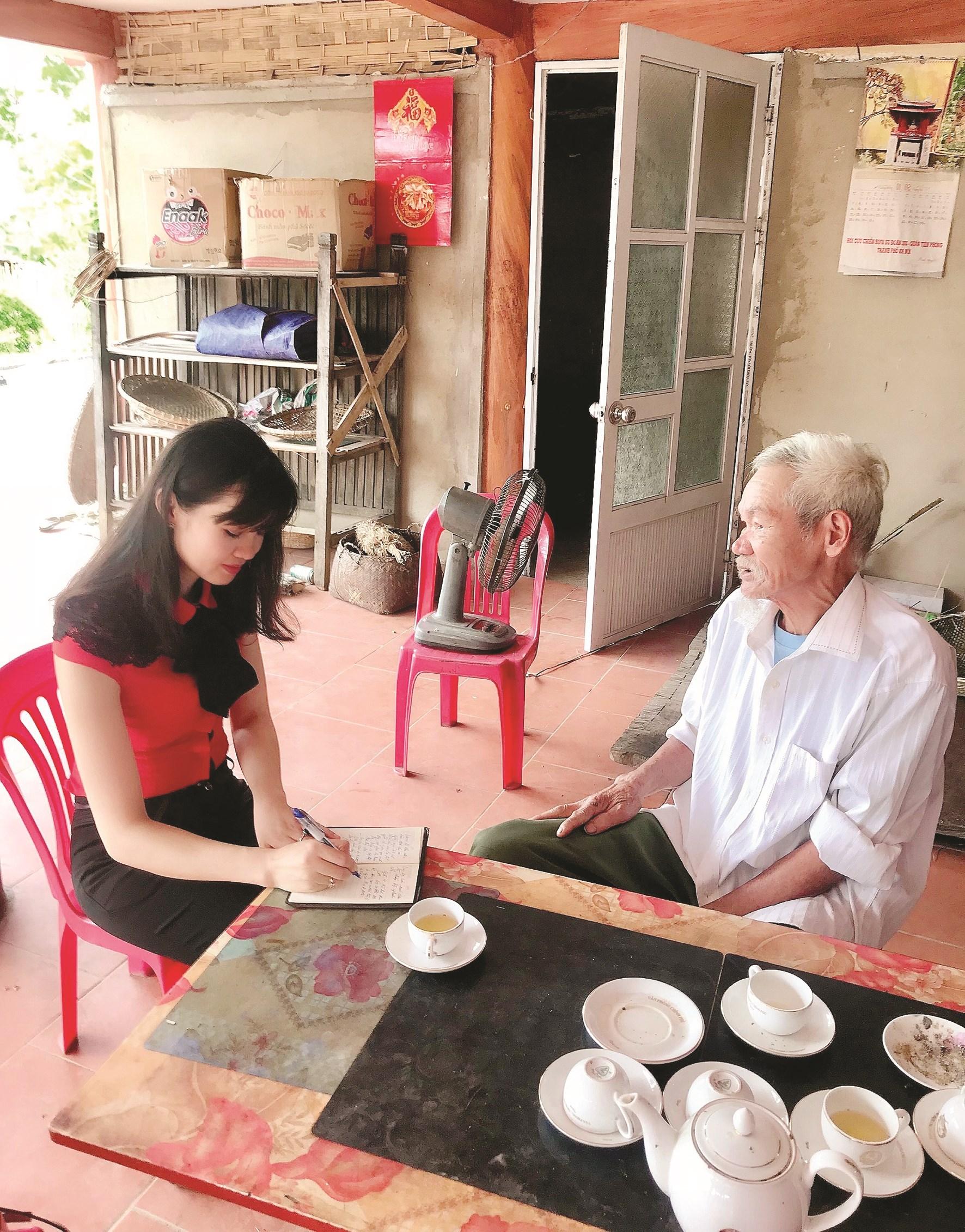 Phóng viên Thanh Huyền phỏng vấn cụ Hoàng Ngọc, chiến sĩ cách mạng tại Tân Trào, huyện Sơn Dương, tỉnh Tuyên Quang