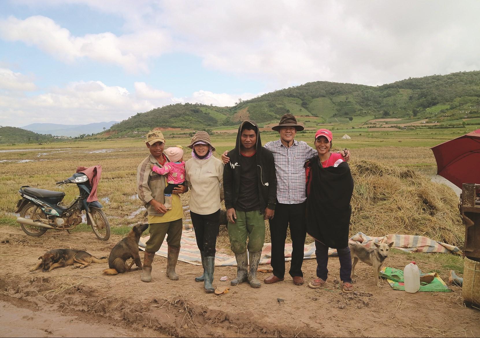 Nhà báo, nhà thơ Uông Thái Biểu (thứ hai từ phải sang) cùng đồng bào Chu ru (huyện Đơn Dương, Lâm Đồng)