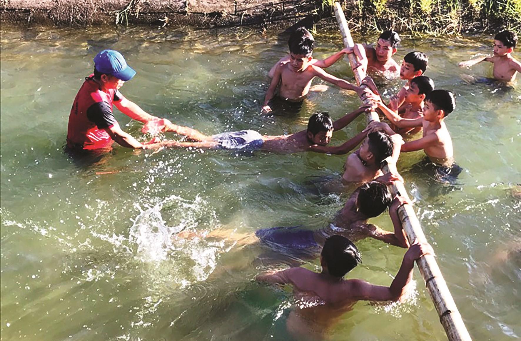 """Mô hình """"Ngăn đê dạy bơi miễn phí cho đội viên thiếu nhi"""" của Đoàn cơ sở xã Hải Hưng, huyện Hải Lăng, Quảng Trị (Ảnh Internet)"""