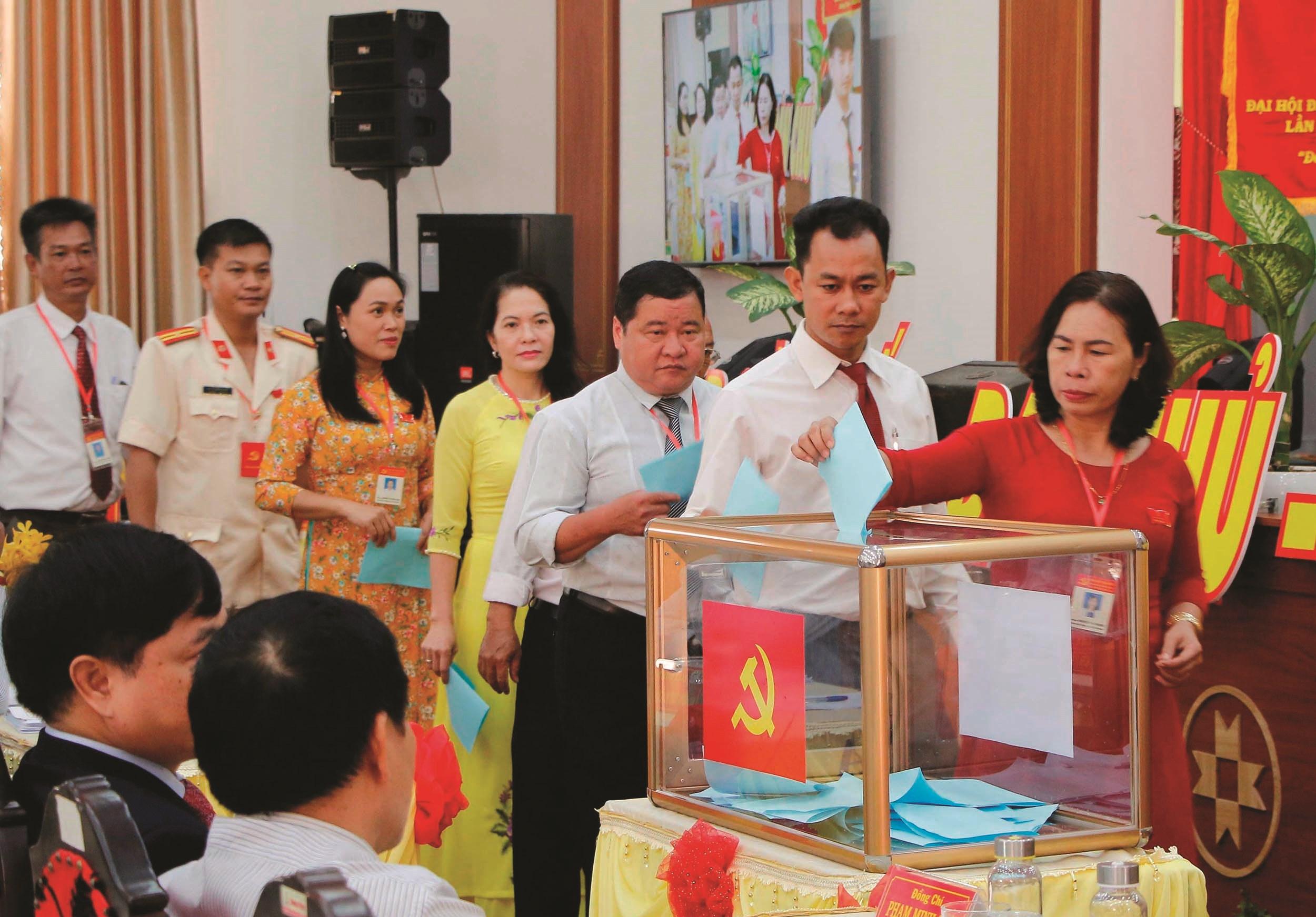 Các đại biểu bỏ phiếu bầu Ban Chấp hành khóa mới.