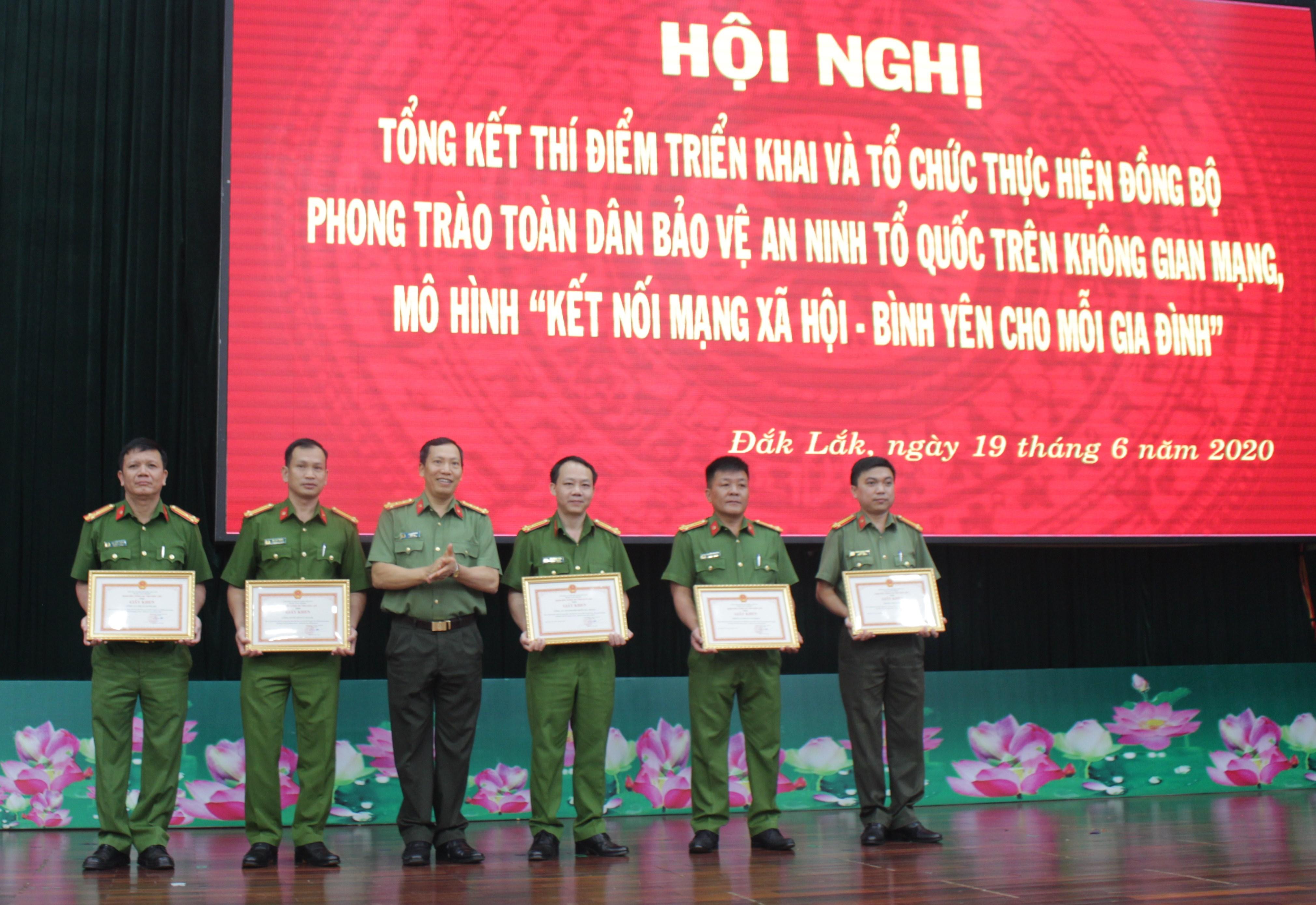 """Giám đốc Công an tỉnh Đăk Lăk Lê Văn Tuyến tặng giấy khen cho các tập thể có thành tích xuất sắc trong phong trào """"Toàn dân bảo vệ an ninh Tổ quốc"""" trên không gian mạng"""
