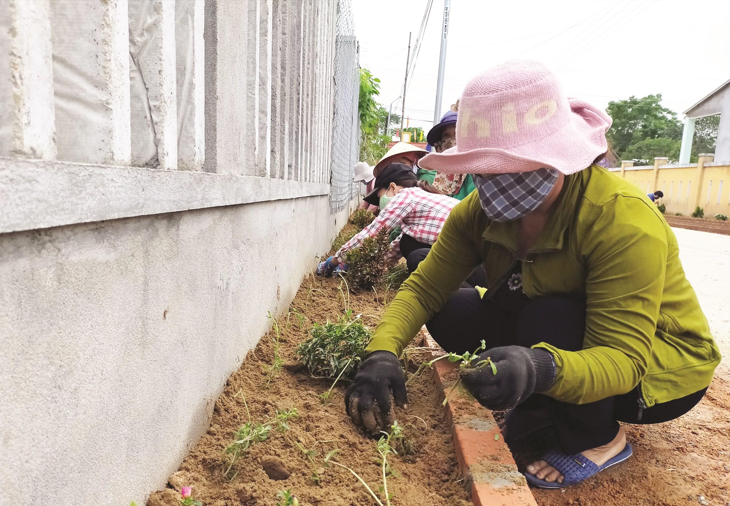 Nhân dân thôn An Hòa (Duy Xuyên, Quảng Nam) tổ chức trồng hoa trên tuyến đường thôn