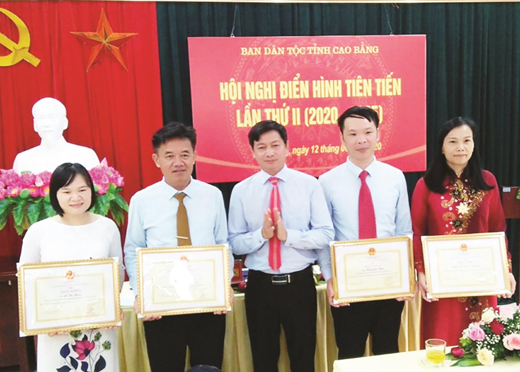 Trưởng Ban Dân tộc tỉnh Cao Bằng traoGiấy khen cho tập thể và cá nhân xuất sắc.
