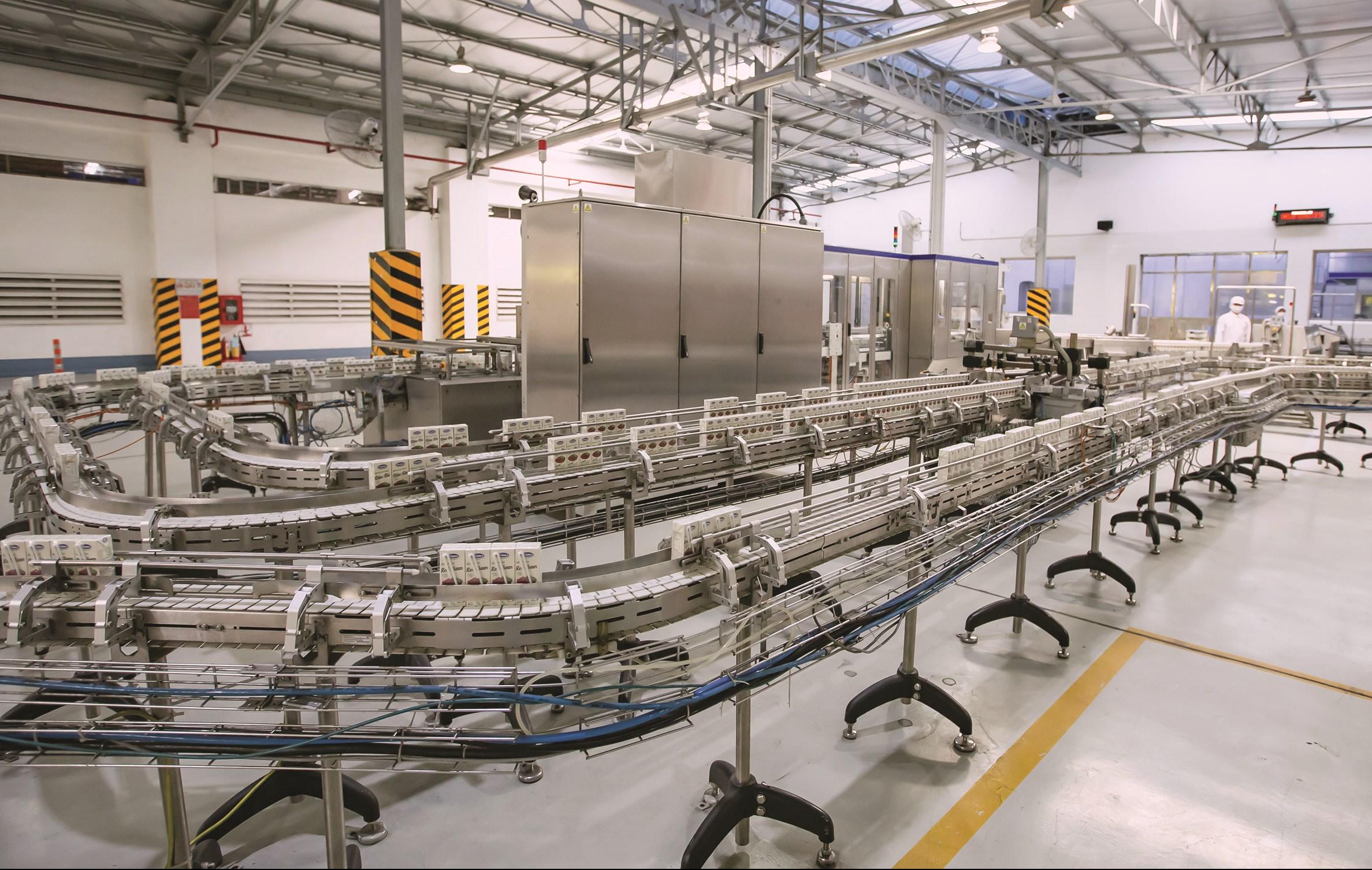 Dây chuyền sản xuất sản phẩm sữa đậu nành hạt hiện đại của nhà máy Vinamilk