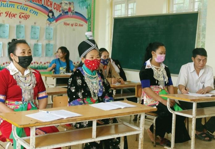 Một buổi học của các học viên lớp xóa mù chữ người Mông.