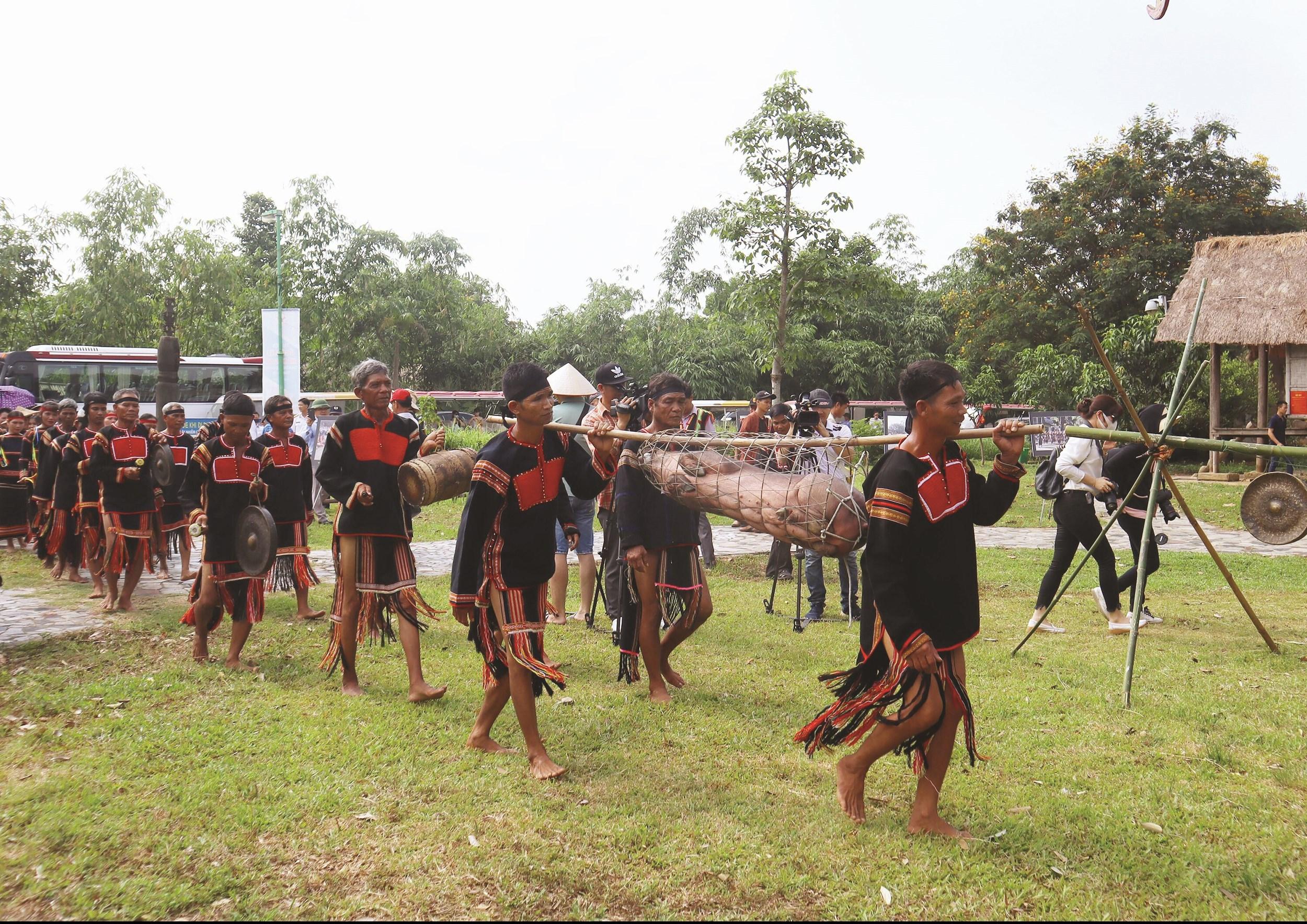 Dân làng chuẩn bị lễ vật để thực hiện lễ cúng lên nhà Rông mới.