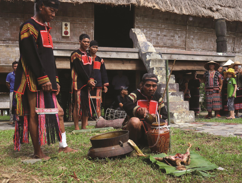 Mở đầu buổi Lễ là phần cúng dưới nhà gần chân cầu thang của nhà Rông. Đây là Lễ xua đuổi thần xấu, thần không tốt còn bám trên cây gỗ làm nhà.