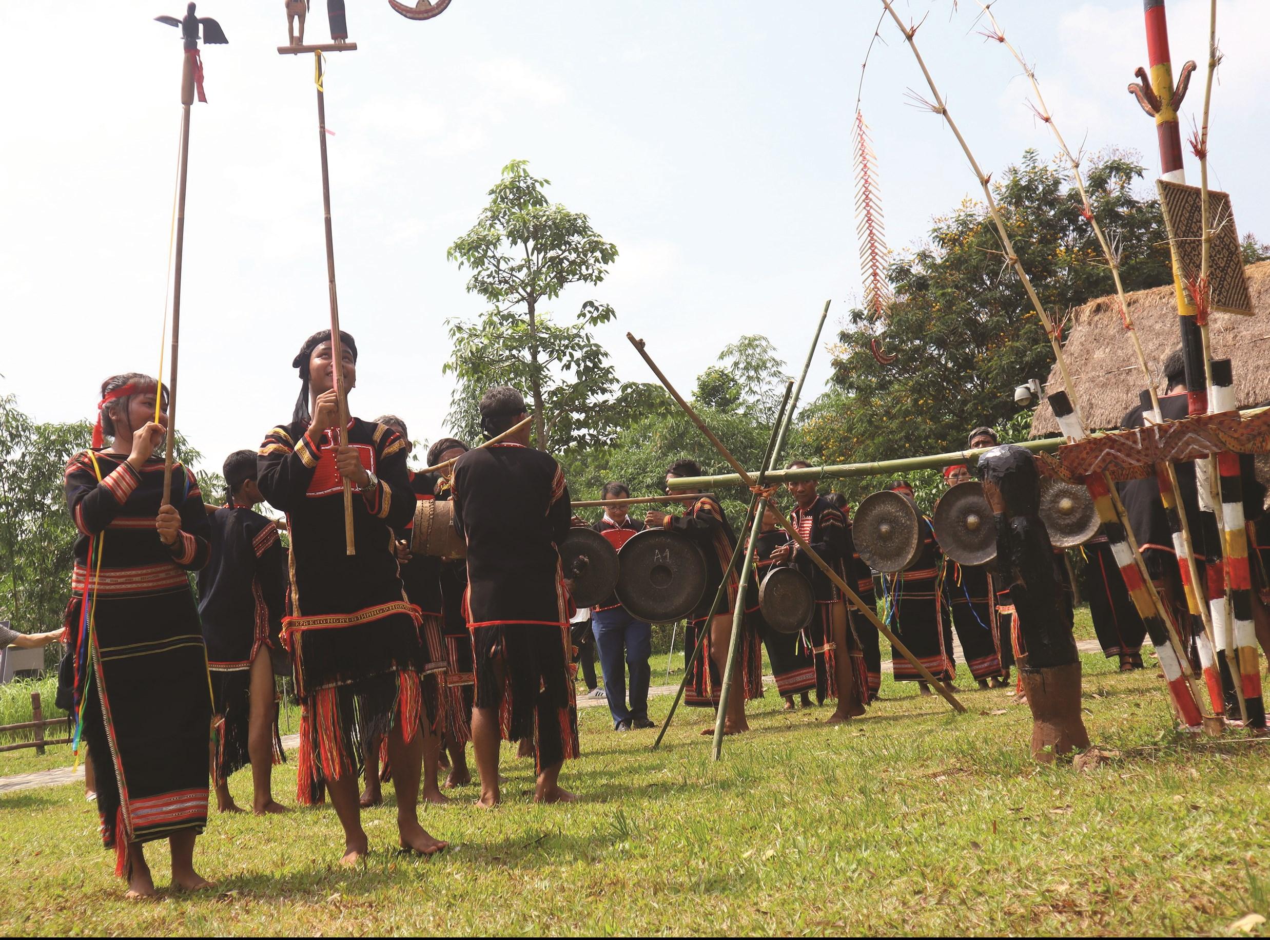 Kết thúc Lễ cúng cả làng cùng nhau múa hát trong sân nhà Rông.