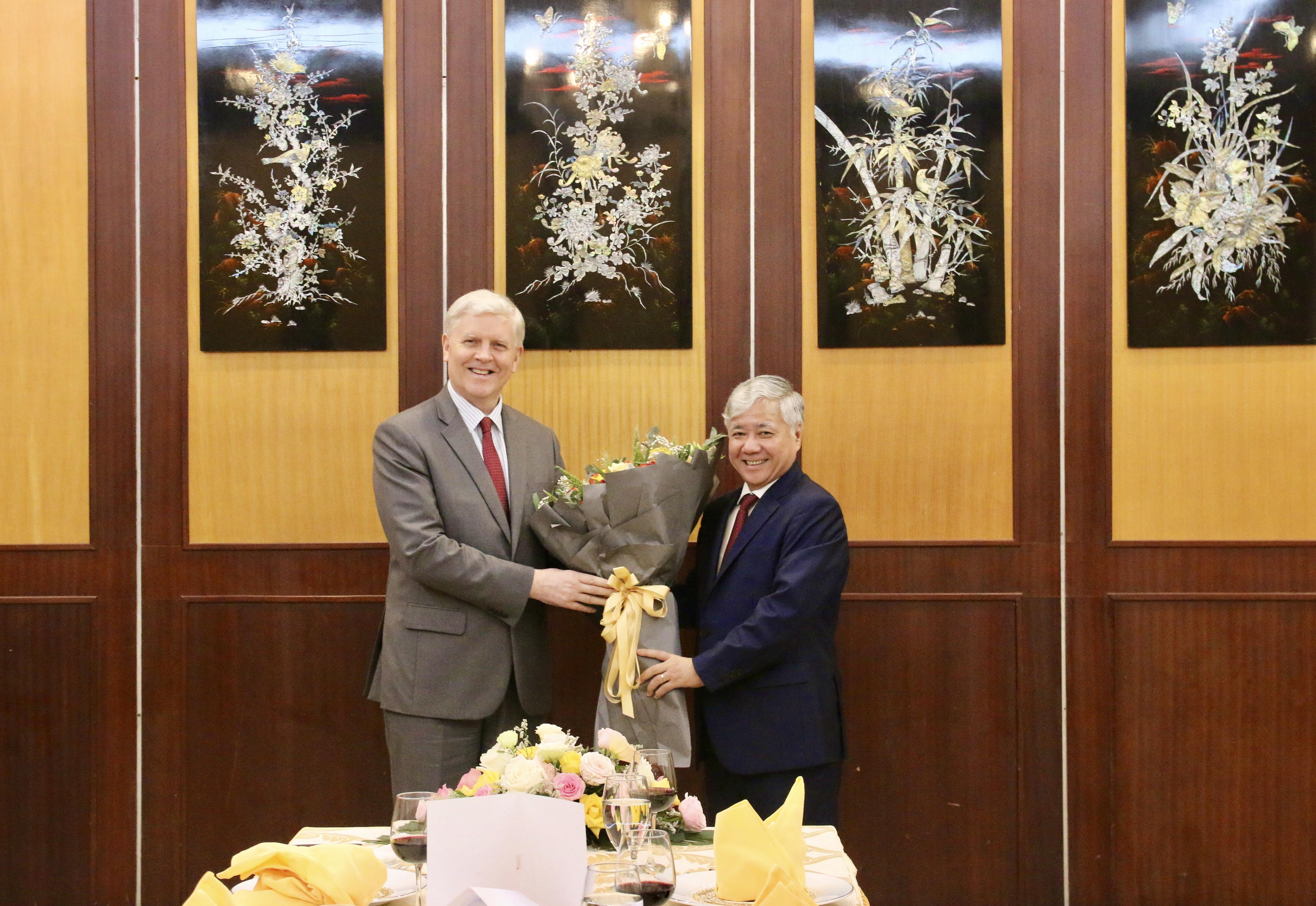 Bộ trưởng, Chủ nhiệm UBDT Đỗ Văn Chiến tặng hoa cho ông Eric Sidgwick, Giám đốc ADB tại Việt Nam
