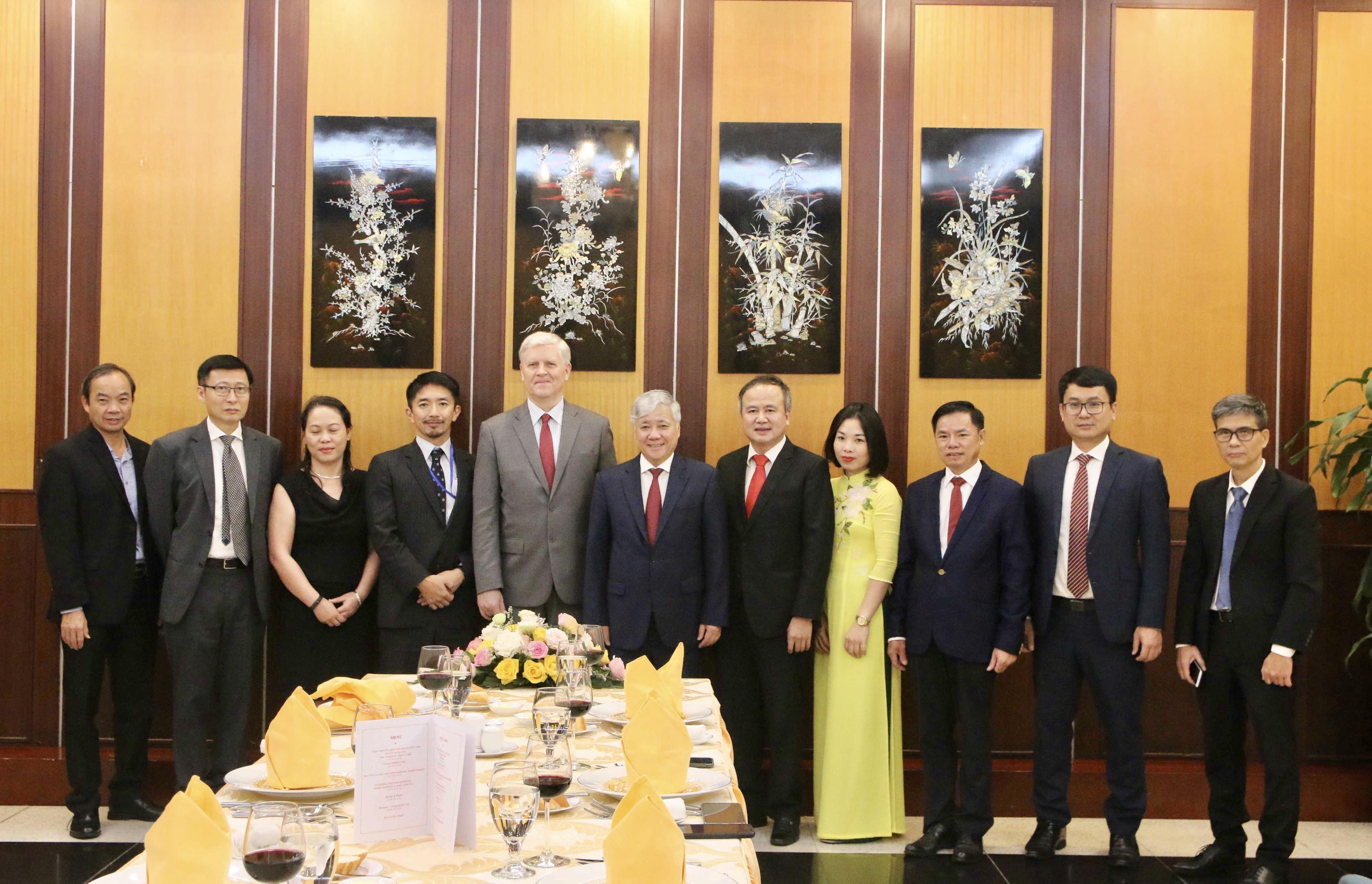 Bộ trưởng, Chủ nhiệm UBDT Đỗ Văn Chiến và ông Eric Sidgwick, Giám đốc ADB tại Việt Nam chụp ảnh lưu niệm với các thành viên trong Đoàn ADB và UBDT.