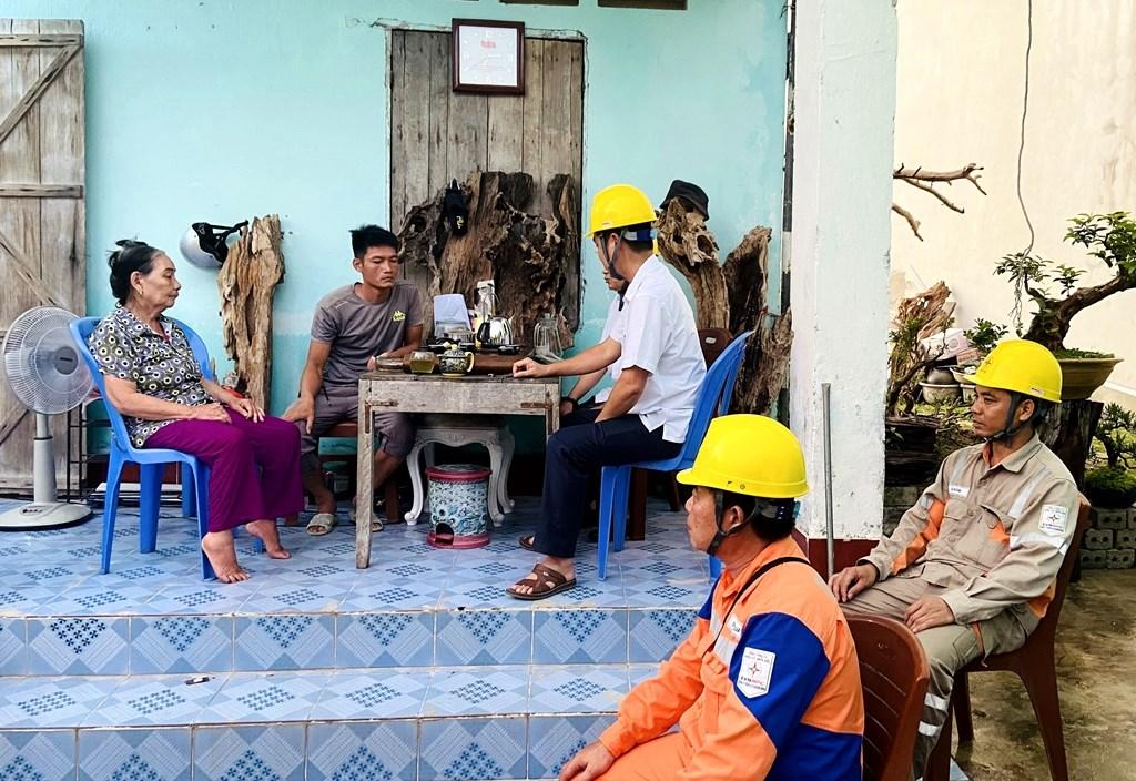 Đoàn công tác Điện lực Vân Đồn làm việc với gia đình bà Đào Thị Gái liên quan đến kiến nghị hóa đơn tiền điện tháng 6/2020 bị tăng đột biến