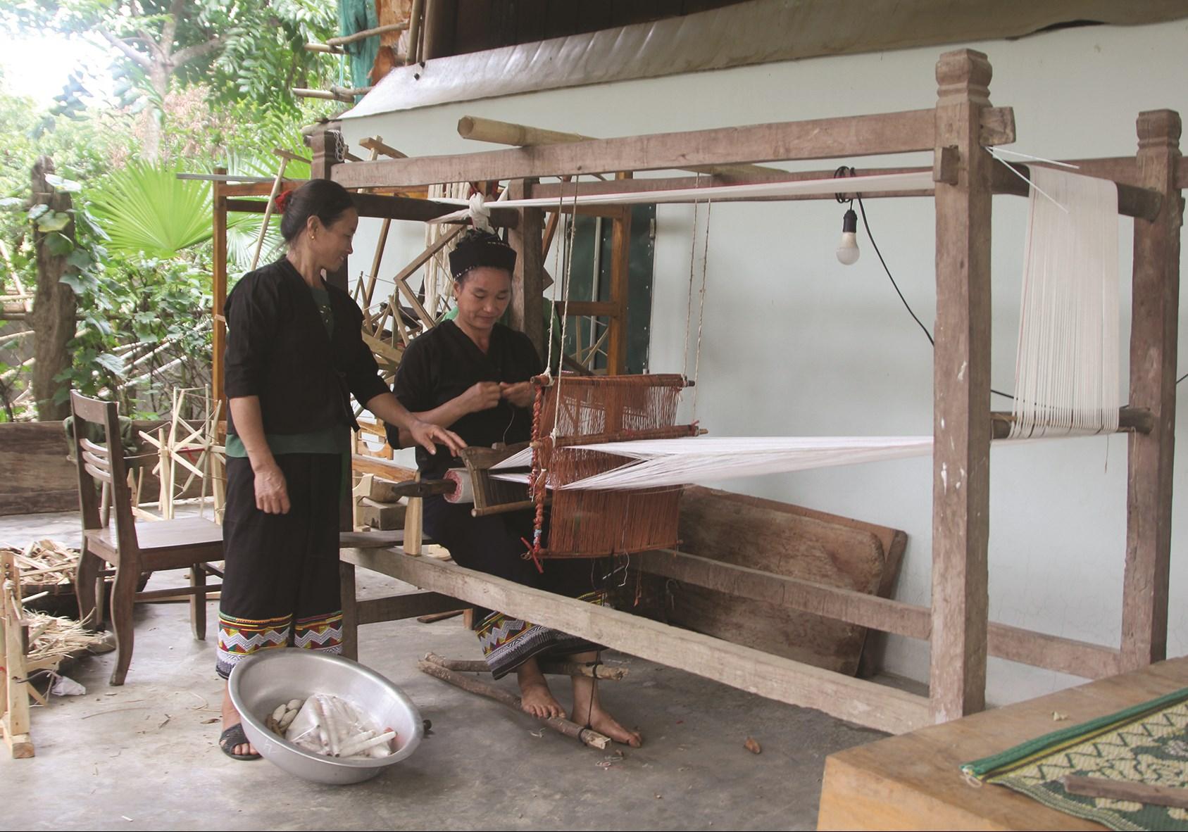 Bà Lo Thị Thoan (đứng) hướng dẫn kỹ thuật dệt của người Ơ-đu cho người dân