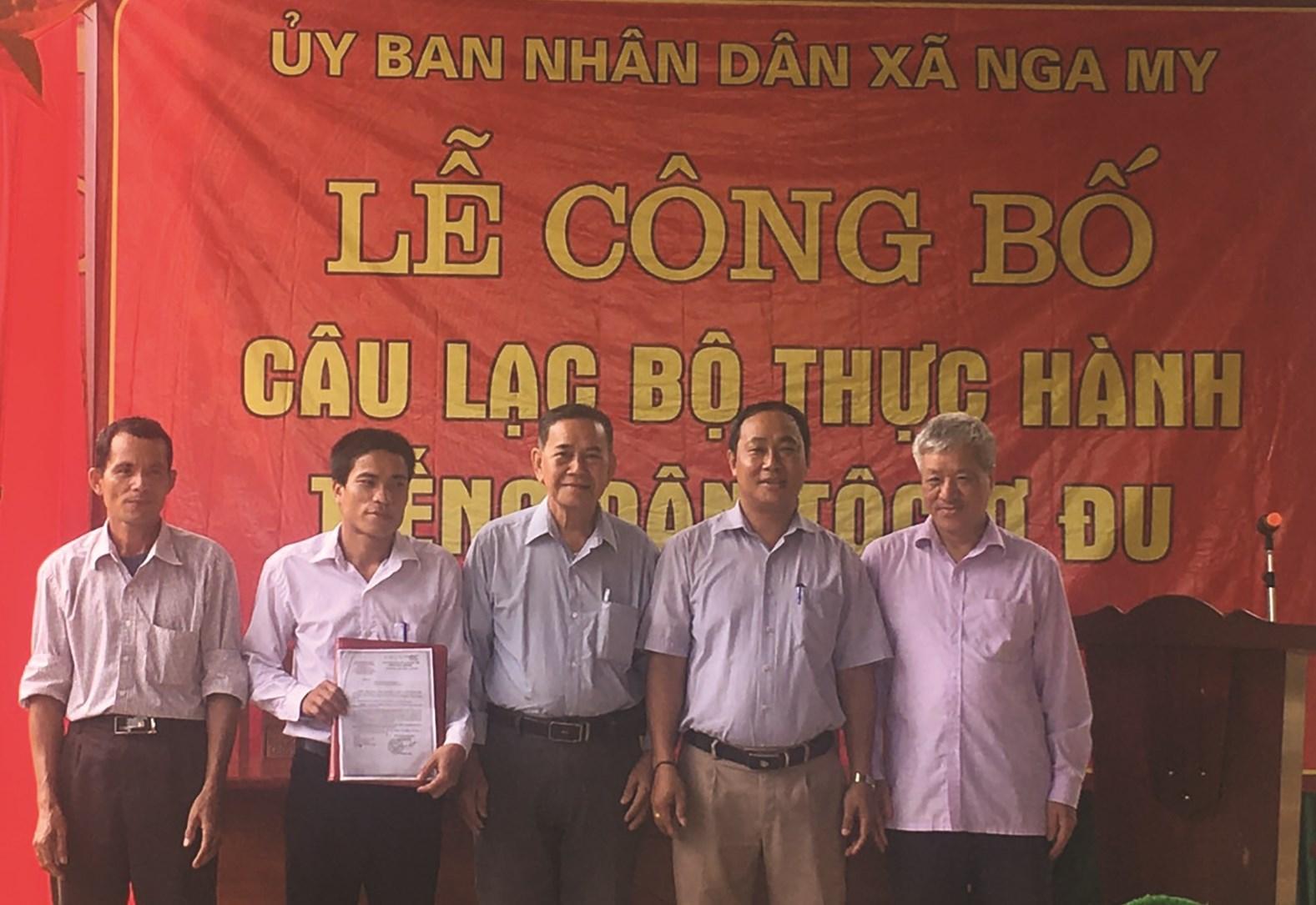 Anh Lo Văn Quyền (thứ hai từ trái qua) tại Lễ ra mắt CLB thực hành tiếng Ơ-đu