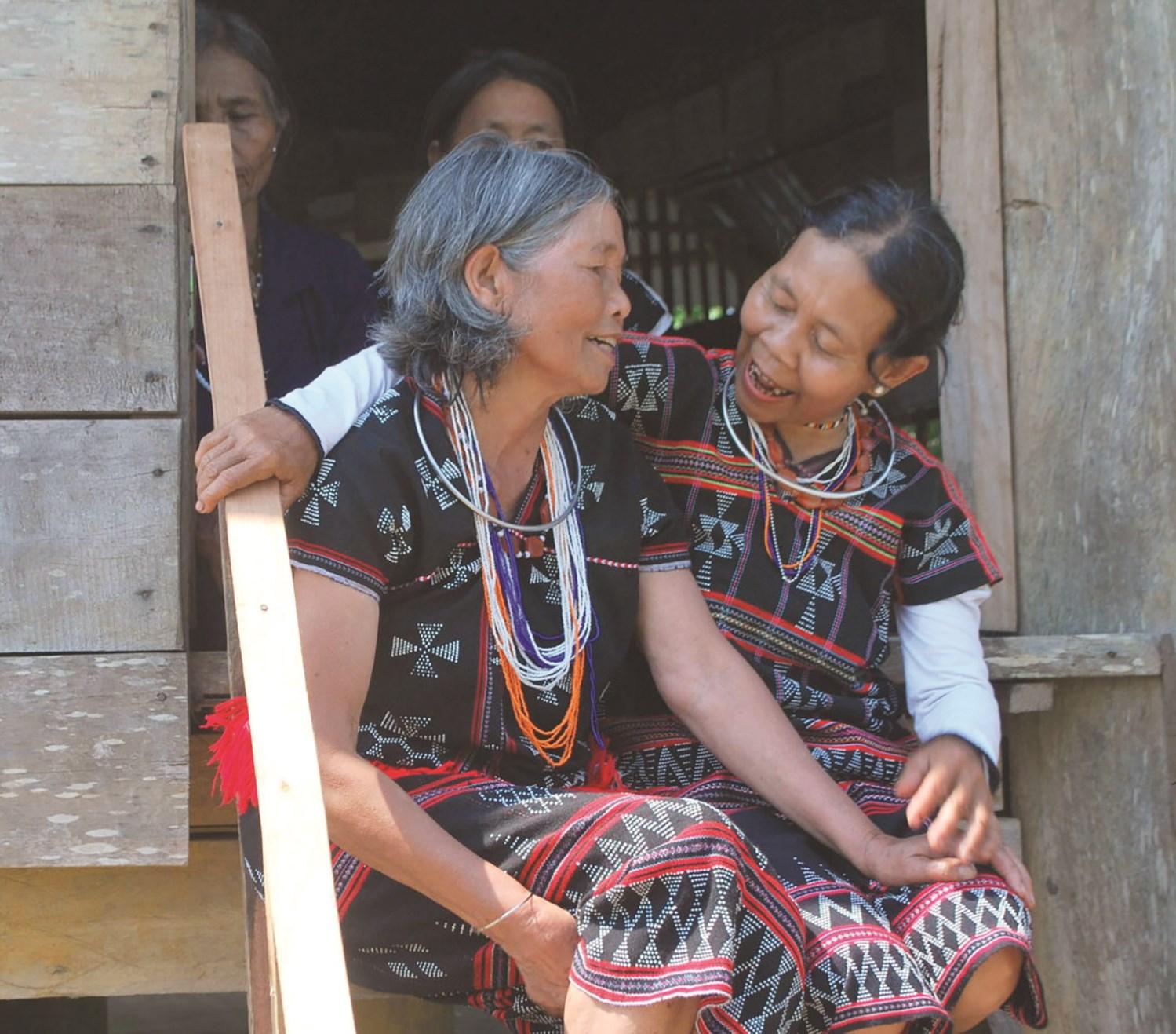 Phụ nữ Cơ-tu cao tuổi ở huyện Đông Giang đang hát lý, nói lý