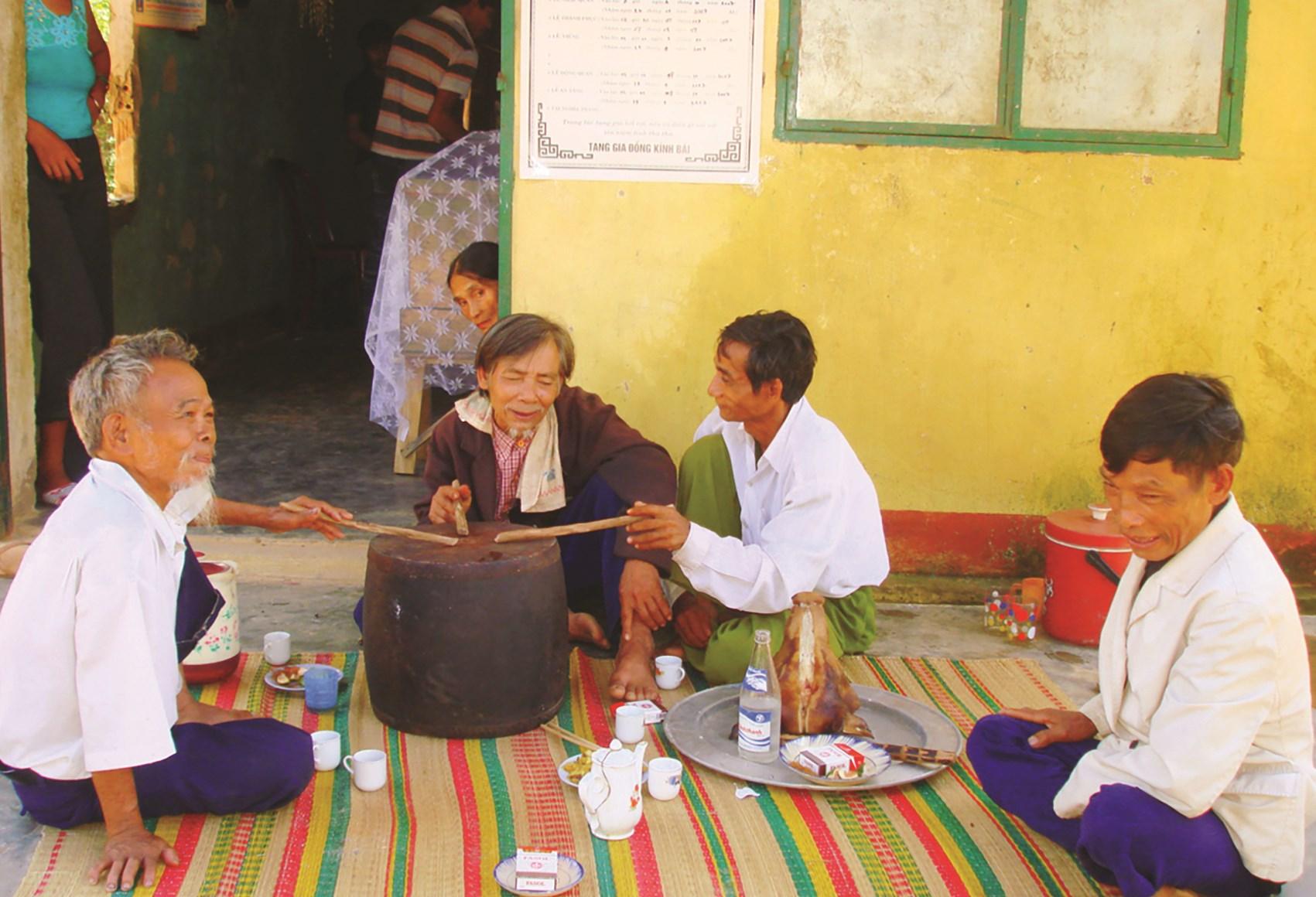 """Những người cao niên đang hát lý """"khóc người chết"""" tại thôn Giàn Bí, xã Hoà Bắc (Hoà Vang – TP. Đà Nẵng)"""