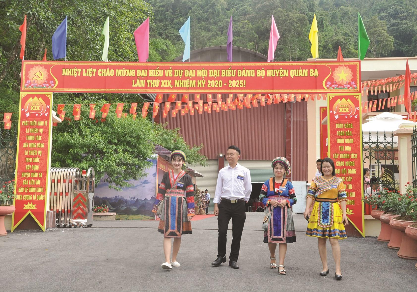 Cán bộ DTTS phấn khởi tham dự Đại hội Đại biểu Đảng bộ huyện Quản Bạ (Hà Giang) lần thứ XIX, nhiệm kỳ 2020 - 2025.