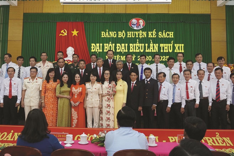 Ban Chấp hành Đảng bộ khoá XII( 2020 - 2025) ra mắt Đại Hội.