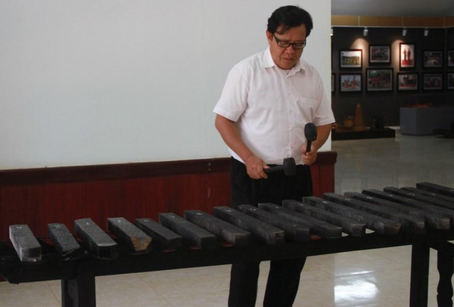 Nghệ nhân Trương Đình Chiếu biểu diễn đàn đá
