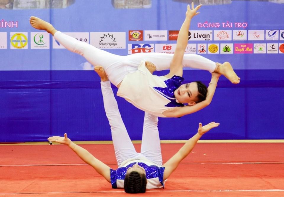 VĐV Phạm Huy Thiêm và Đinh Tuấn Thành – đôi VĐV giành HCV tại Giải vô địch Yoga toàn quốc năm 2019