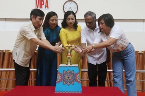 Đại diện Liên đoàn Yoga Việt Nam, Sở VH,TT&DL Thanh Hóa, UBND TP. Thanh Hóa thực hiện nghi thức thắp lửa Yoga