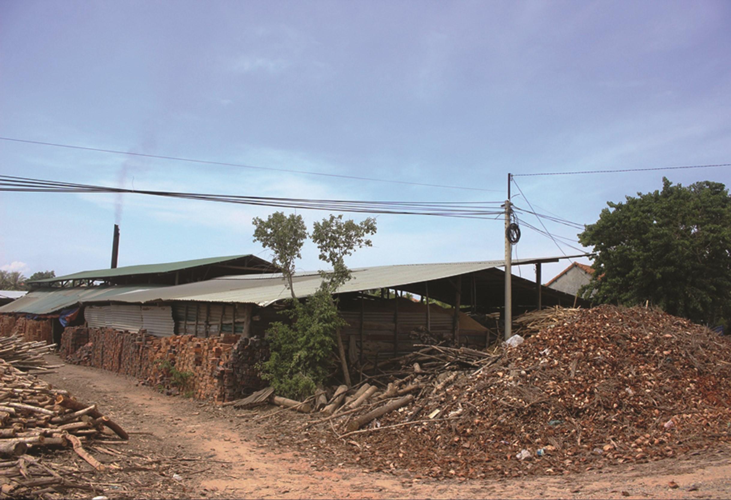 Các lò gạch giữa khu dân cư thi nhau phun khói
