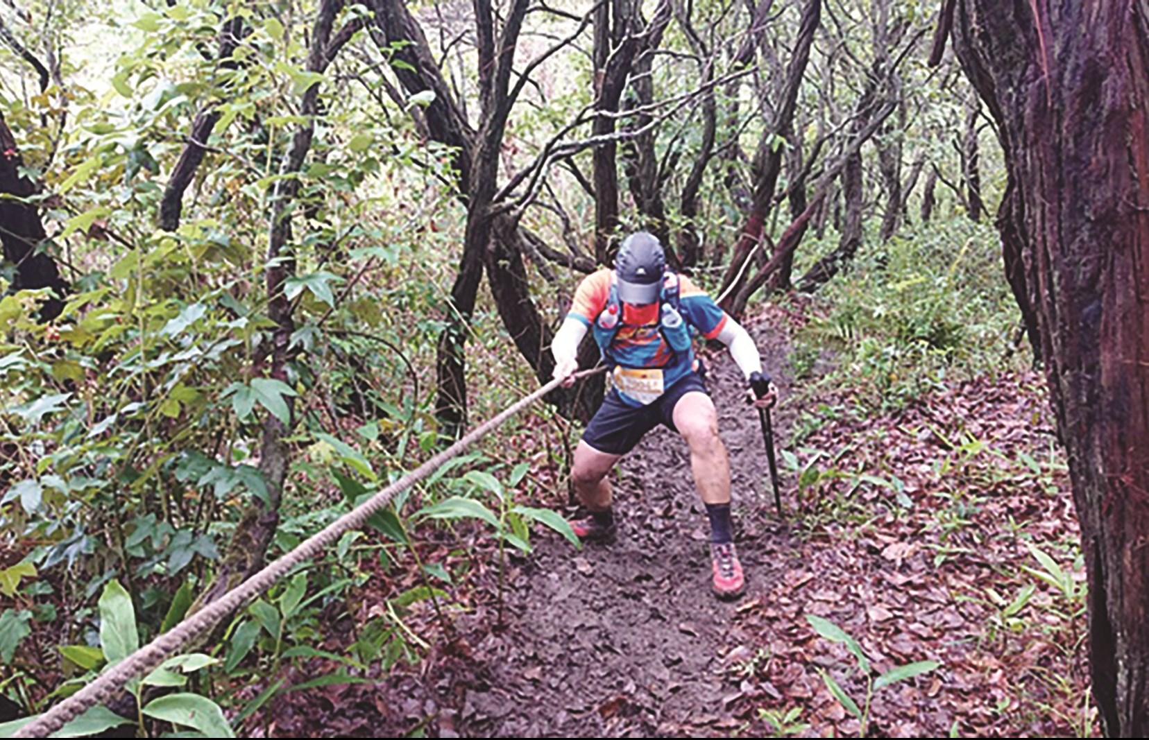 Trong cuộc thi chạy Ultra Dalat Trail, đường chạy lên đỉnh Langbiang với độ dốc hơn 40 độ, nhưng VĐV chỉ có 1 sợi dây hỗ trợ để bám leo mà không có dây an toàn
