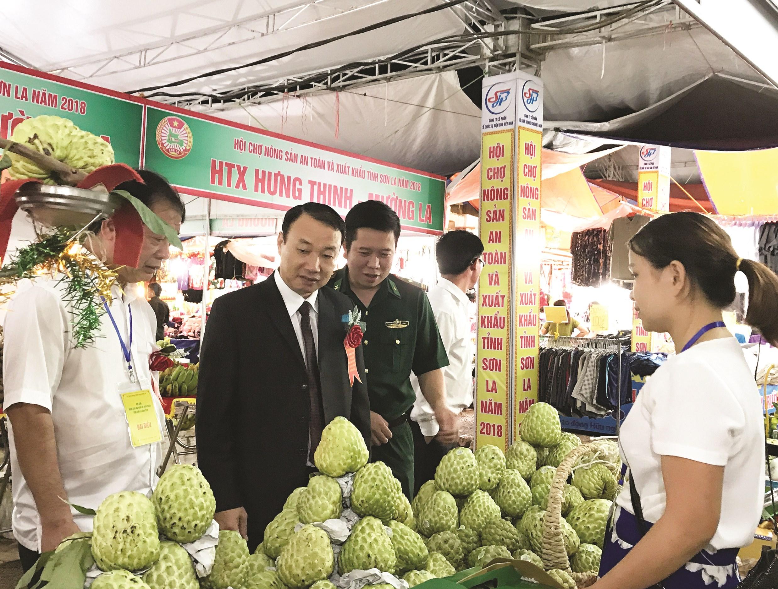 Sản phẩm OCOP tỉnh Sơn La tham gia Hội chợ nông sản an toàn và xuất khẩu tỉnh Sơn La.