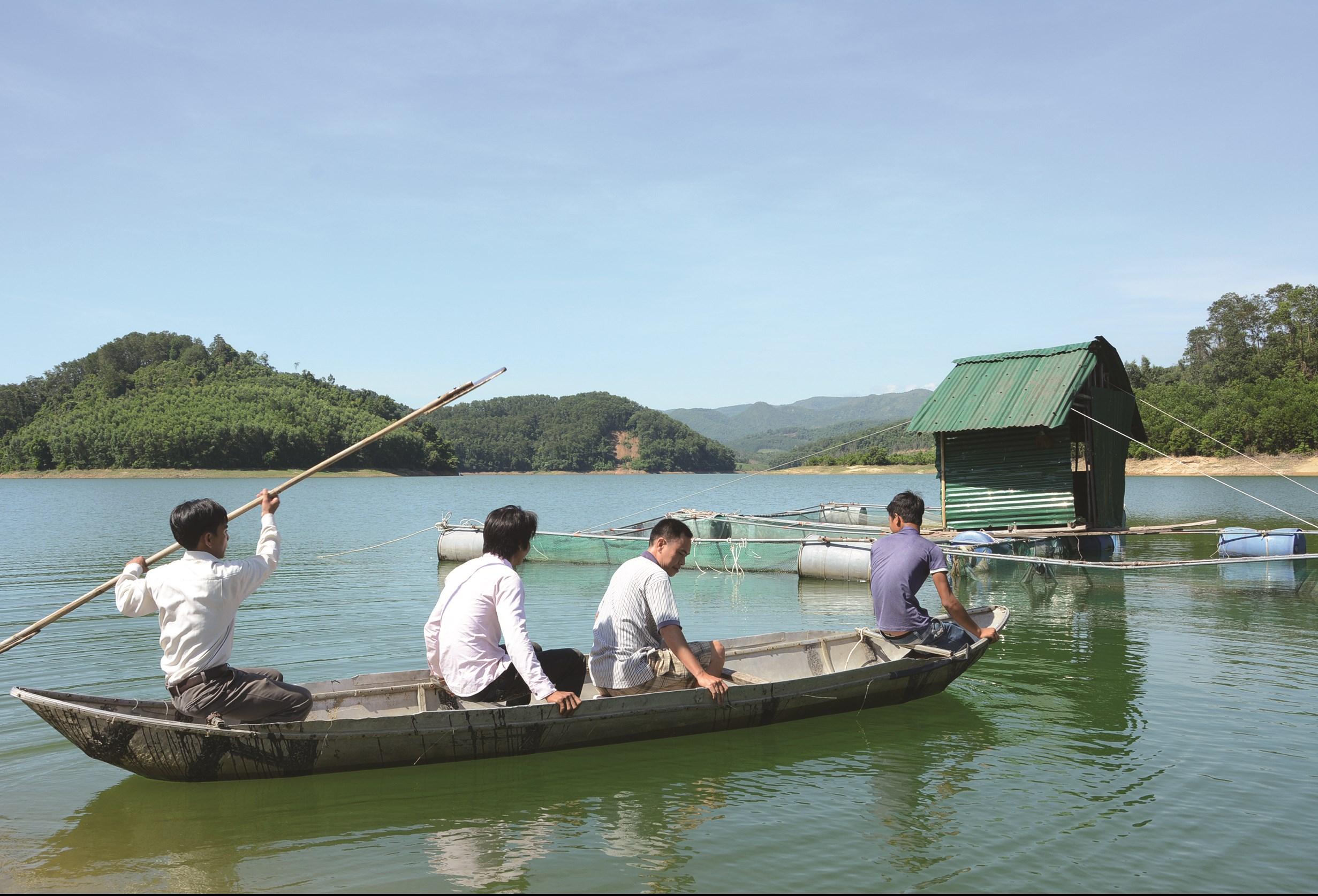 Mô hình nuôi cá nước ngọt giúp nhiều hộ dân miền núi Quảng Ngãi thoát nghèo.