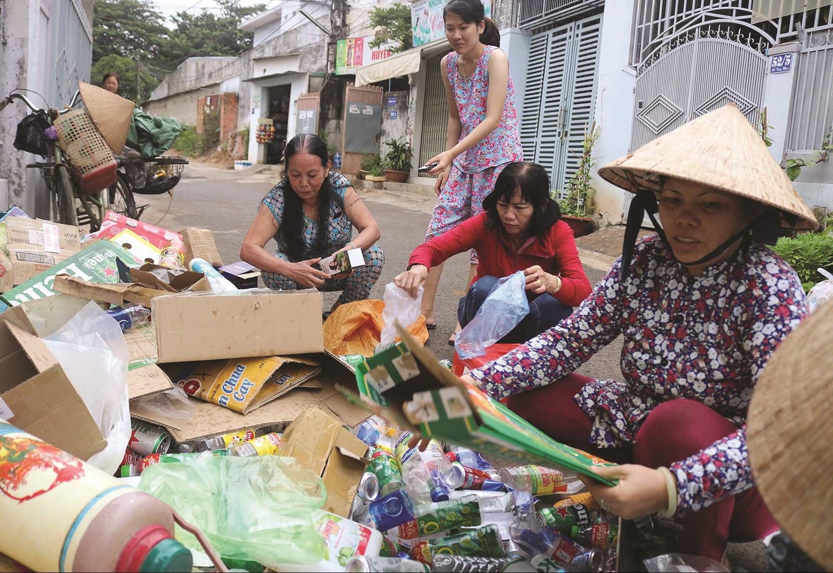 Hội viên phụ nữ gom rác thải tái chế bán để gây quỹ.