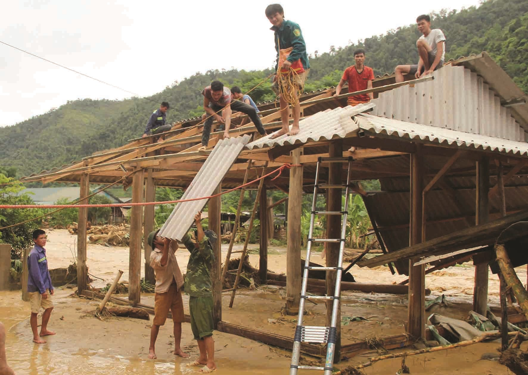 Lực lượng chức năng hỗ trợ người dân làm lại nhà sau mưa lũ
