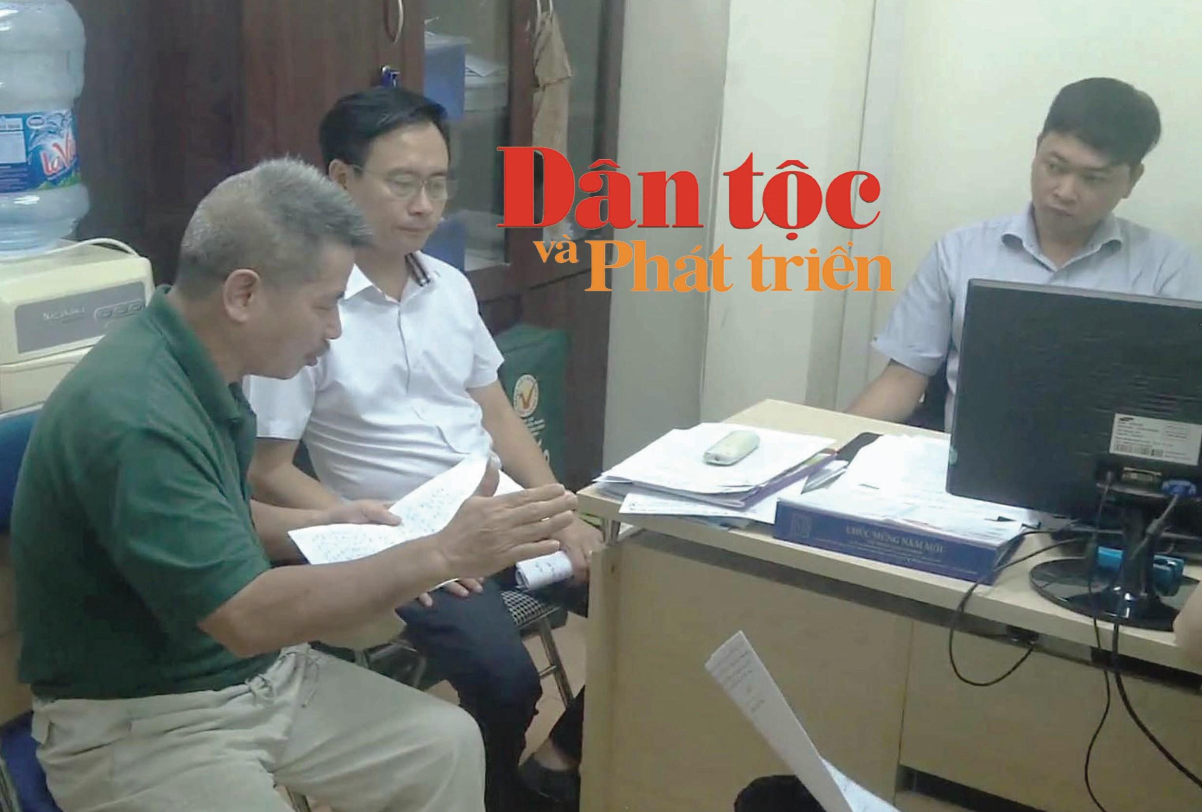 Ông Nguyễn Xuân Tấn (người ngoài cùng bên trái), chủ nhà số 33 bức xúc khi biên bản cuộc họp ngày 1/6/2020 bị ông Hoàn ghi thêm nội dung