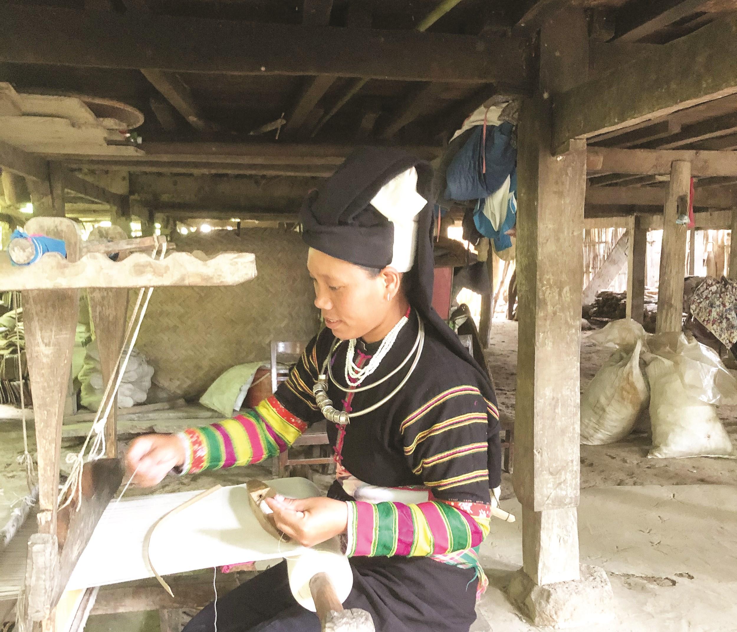 Chị Chi Thị Riên bên khung dệt vải thổ cẩm.
